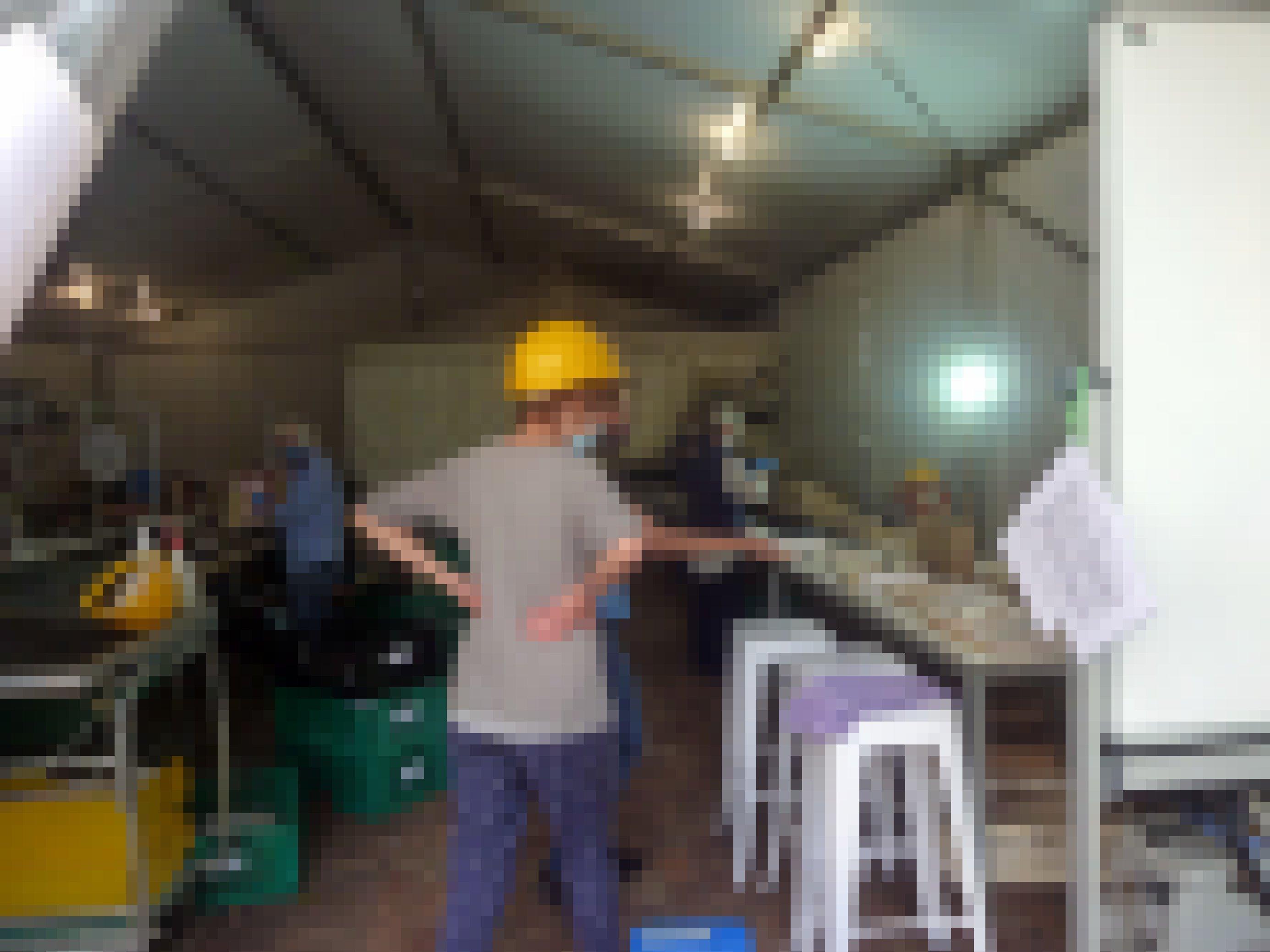 Blick in ein Zelt, in dem mehrere Frauen mit Bauhelmen arbeiten und Dokumente trocknen