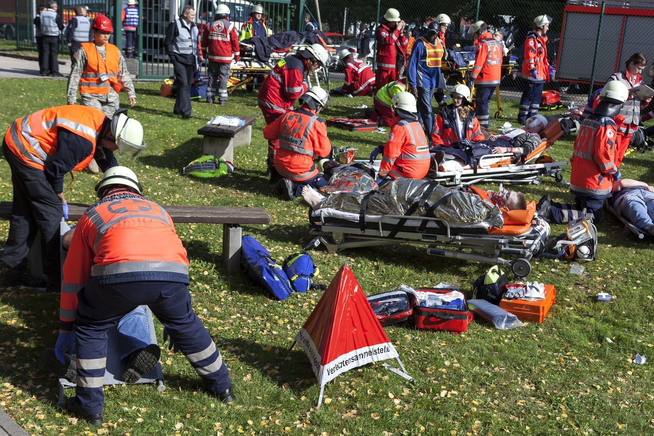 Hilfskräfte versorgen bei einer Übung der deutschen und US-amerikanischen Katastrophenhilfe Schauspieler, die als Verletzte zu einer Sammelstelle gebracht werden.