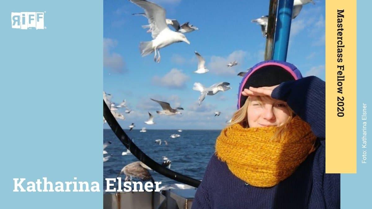 """Eine junge Frau mit gelbem Schal und dunkler Mütze hält sich eine Hand über die Augen und schaut direkt in die Kamera. Im Hintergrund sind das Meer, blauer Himmel und viele Möwen zu sehen. Der Name Katharina Elsner ist neben ihr zu sehen. An der rechten Seite befindet sich ein Banner mit der Aufschrift """"Masterclass Fellow 2020""""."""