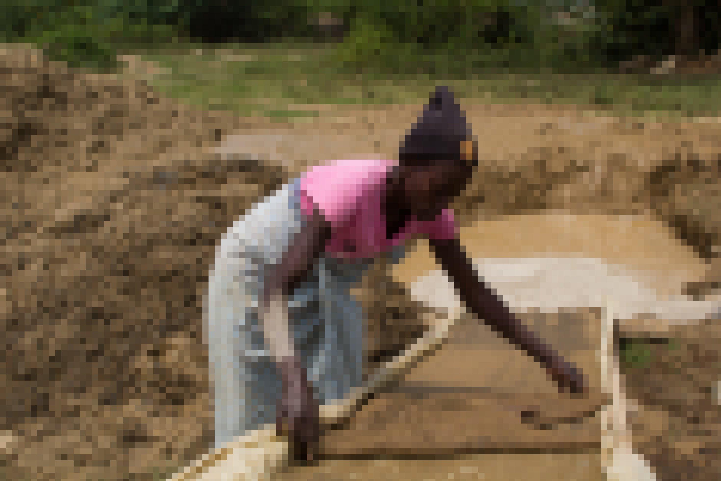 Ein Frau beugt sich über ein feuchtes Stück Sisal, das auf einer Art Rutsche liegt, die in ein Wasserbecken führt.