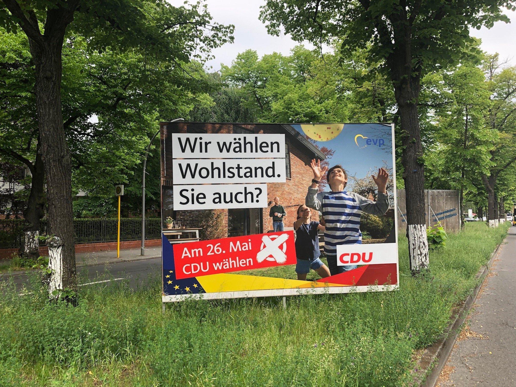 """Großes Wahlplakat der CDU am Straßenrand mit der Aufschrift """"Wir wählen Wohlstand. Sie auch?""""."""