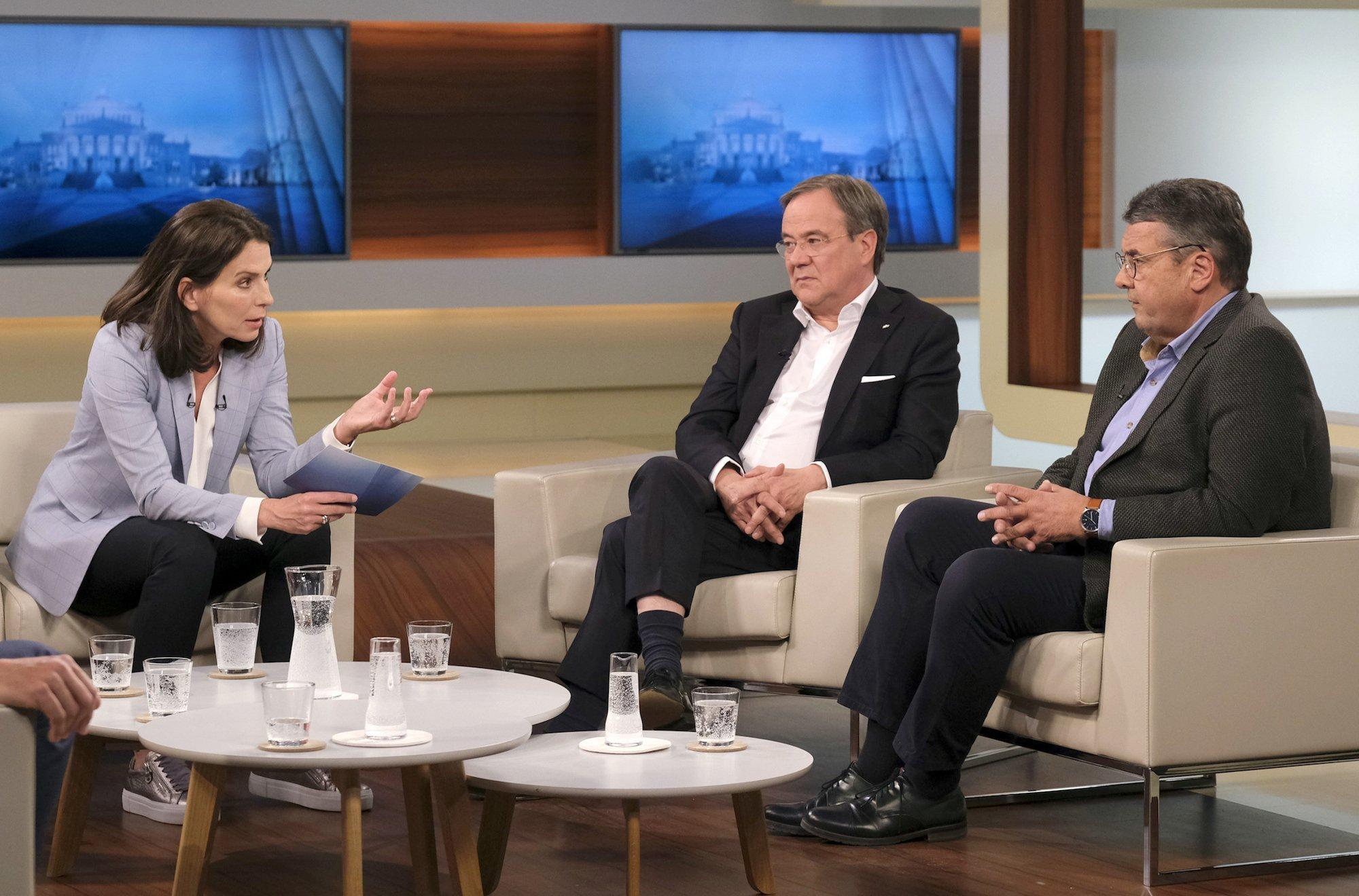 Drei Menschen in einem Talk-Show Studio. Links die Moderatorin Anne Will. In der Mitte sitzt Armin Laschet, rechts daneben Sigmar Gabriel.