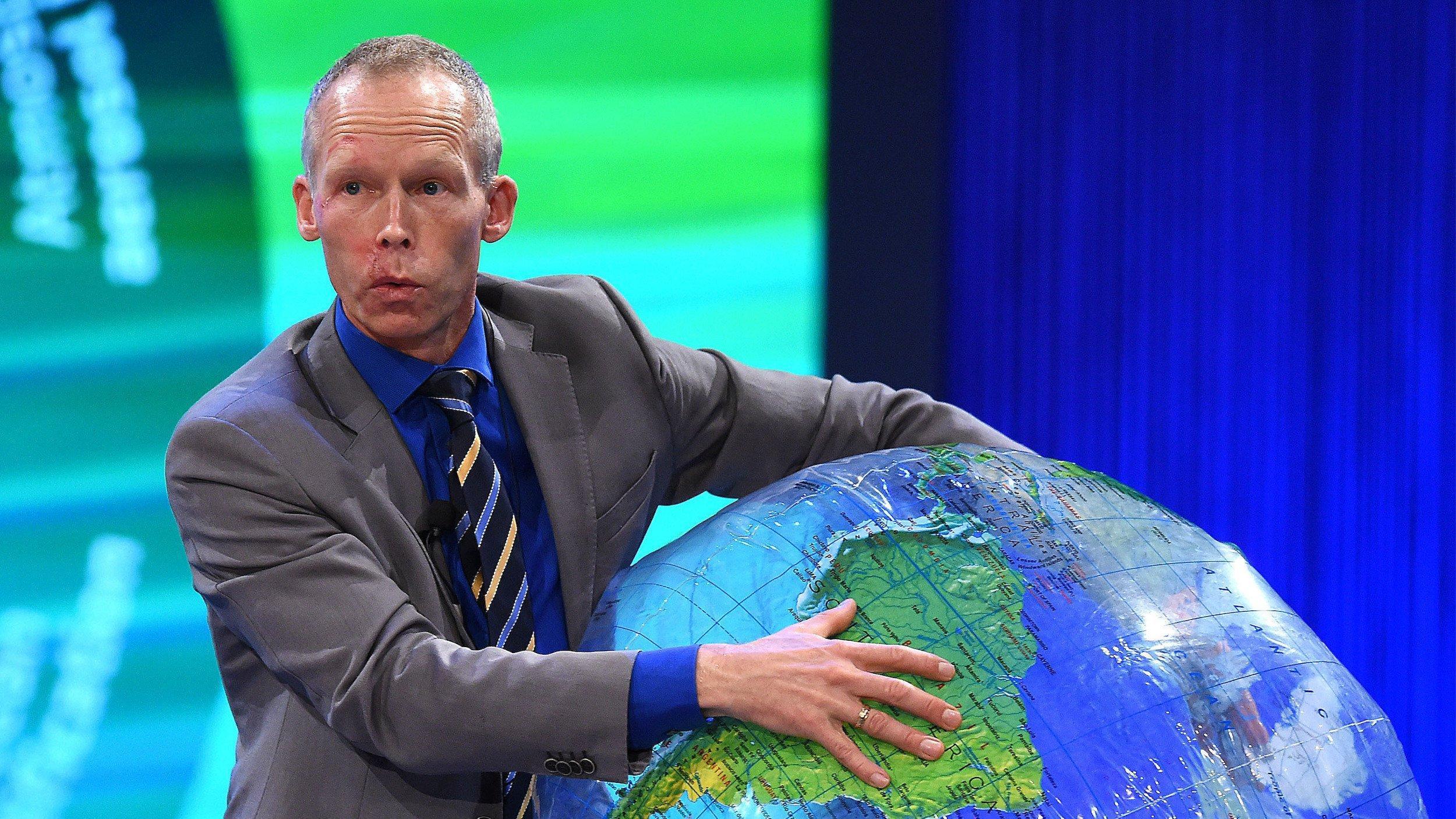 """Der schwedische Resilienzforscher und Preisträger Prof. Dr. Johan Rockström entwickelte das Konzept der """"planetaren Grenzen"""", das er anlässlich der Verleihung des Deutschen Umweltpreises 2015anhand eines aufblasbaren Globus erklärt. Foto: Revierfoto"""