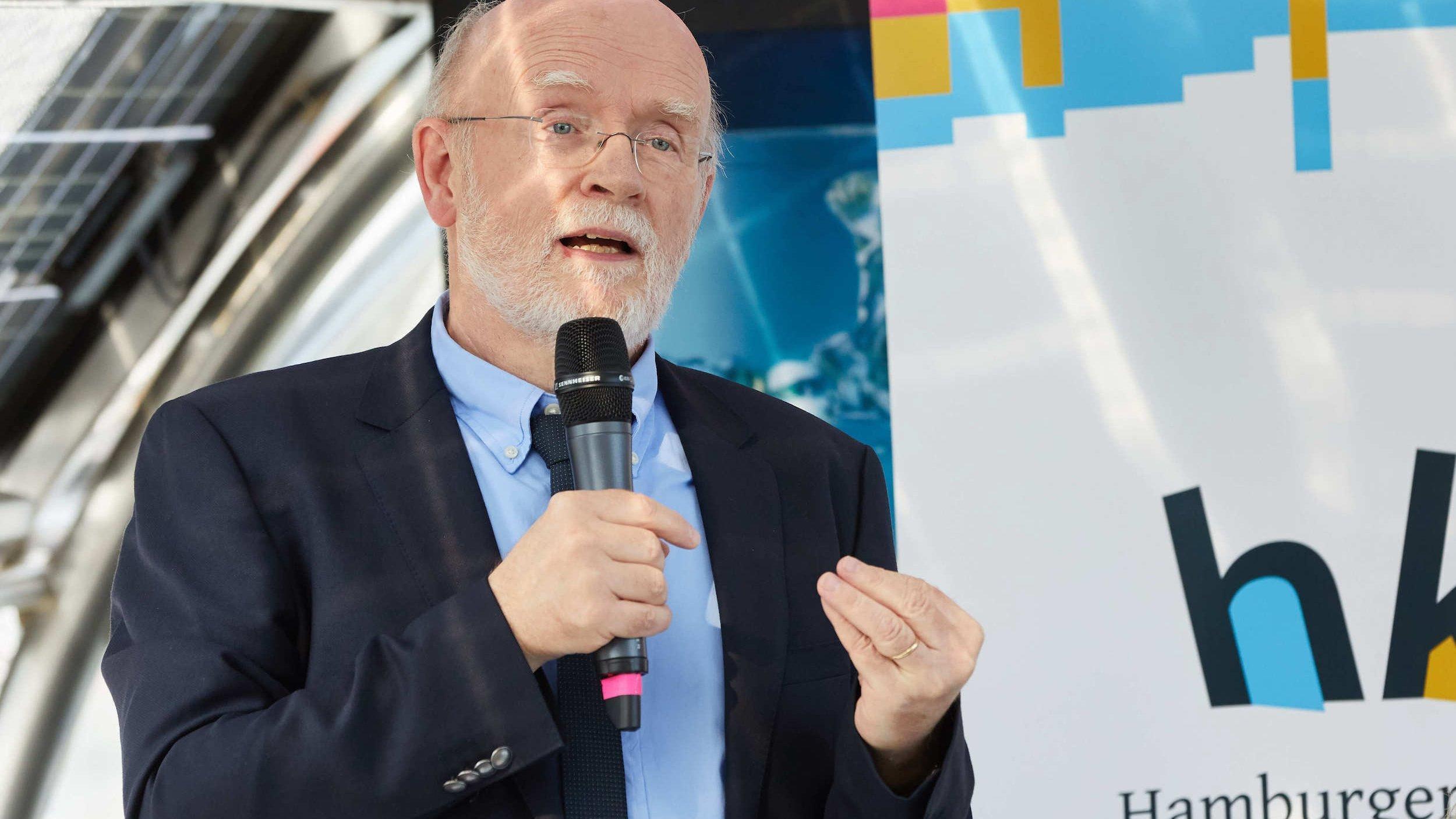 24.09.2018, Hamburg: Hans-Otto Pörtner, Co-Vorsitzender der Arbeitsgruppe 2des Weltklimarates, spricht während einer Pressekonferenz zur Klimawoche auf dem Solarschiff «Alstersonne» am Jungfernstieg. Foto: Georg Wendt/dpa