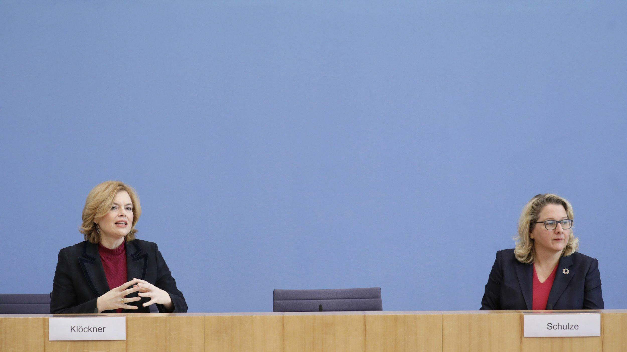 Klöckner und Schulze sitzen mit erheblicher Distanz bei einer Pressekonferenz, Schulze schaut von Klöckner weg,