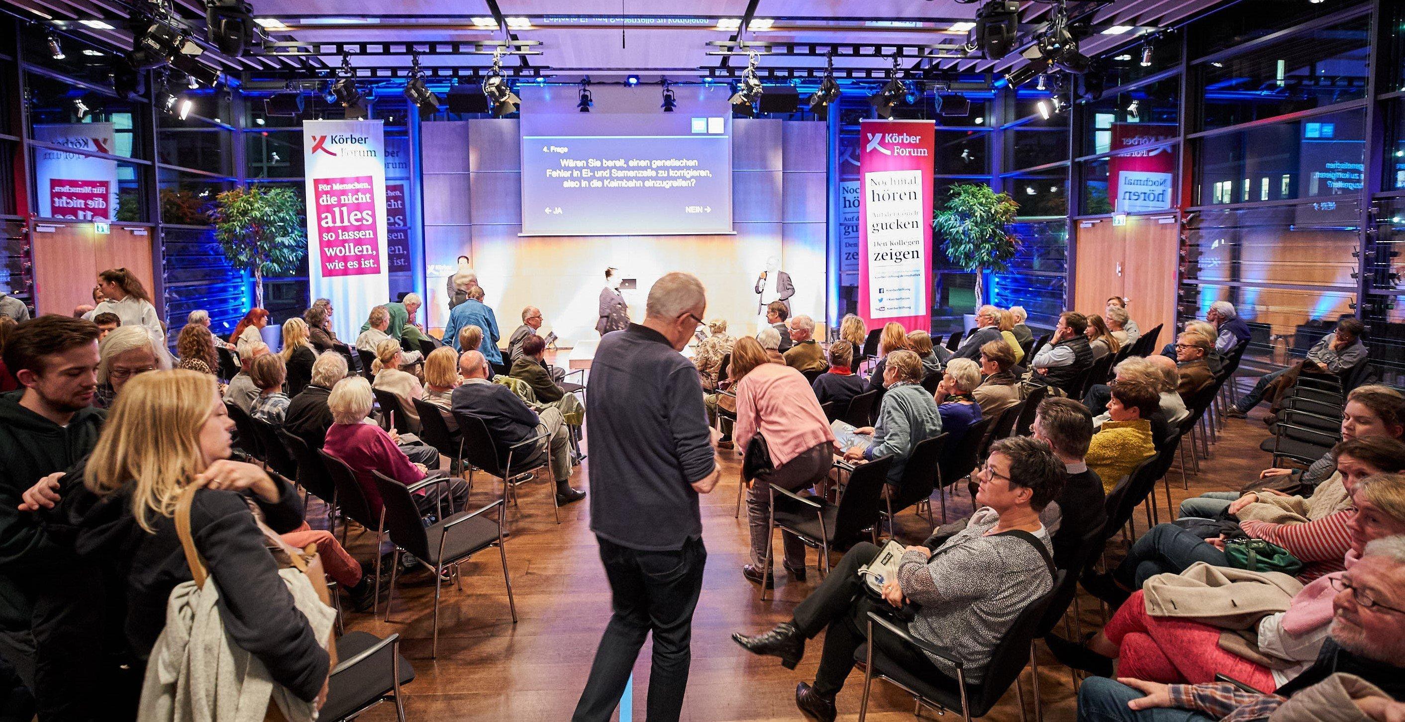 Körber-Forum in Hamburg: Das Publikum in Bewegung. Mit der Wahl des Sitzplatzes bringen die Teilnehmer ihre Meinung zum Ausdruck.