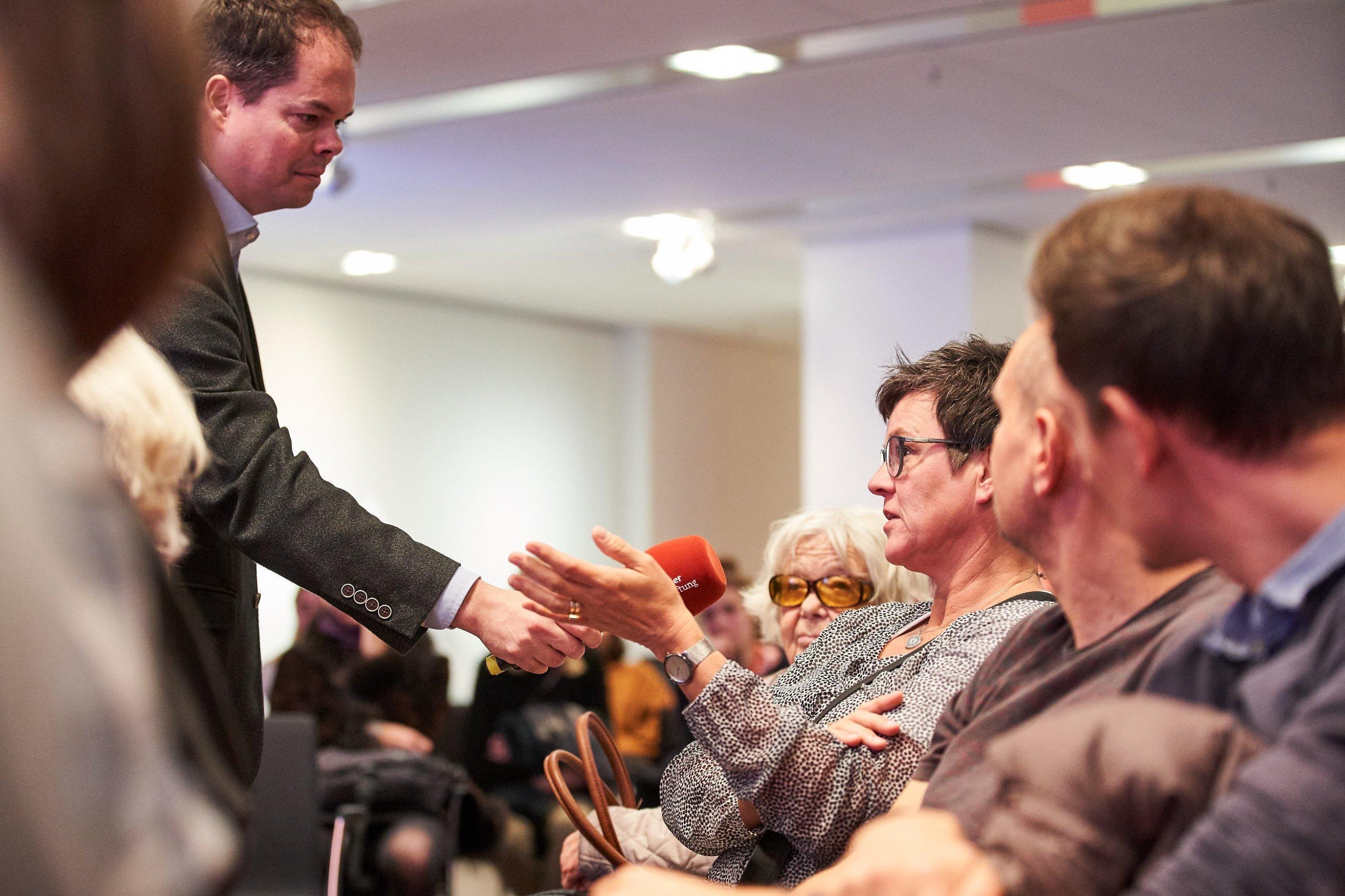 Unterschiedliche Meinungen: Moderator Alexander Mäder im Gespräch mit den Besuchern im Körber-Forum in Hamburg.
