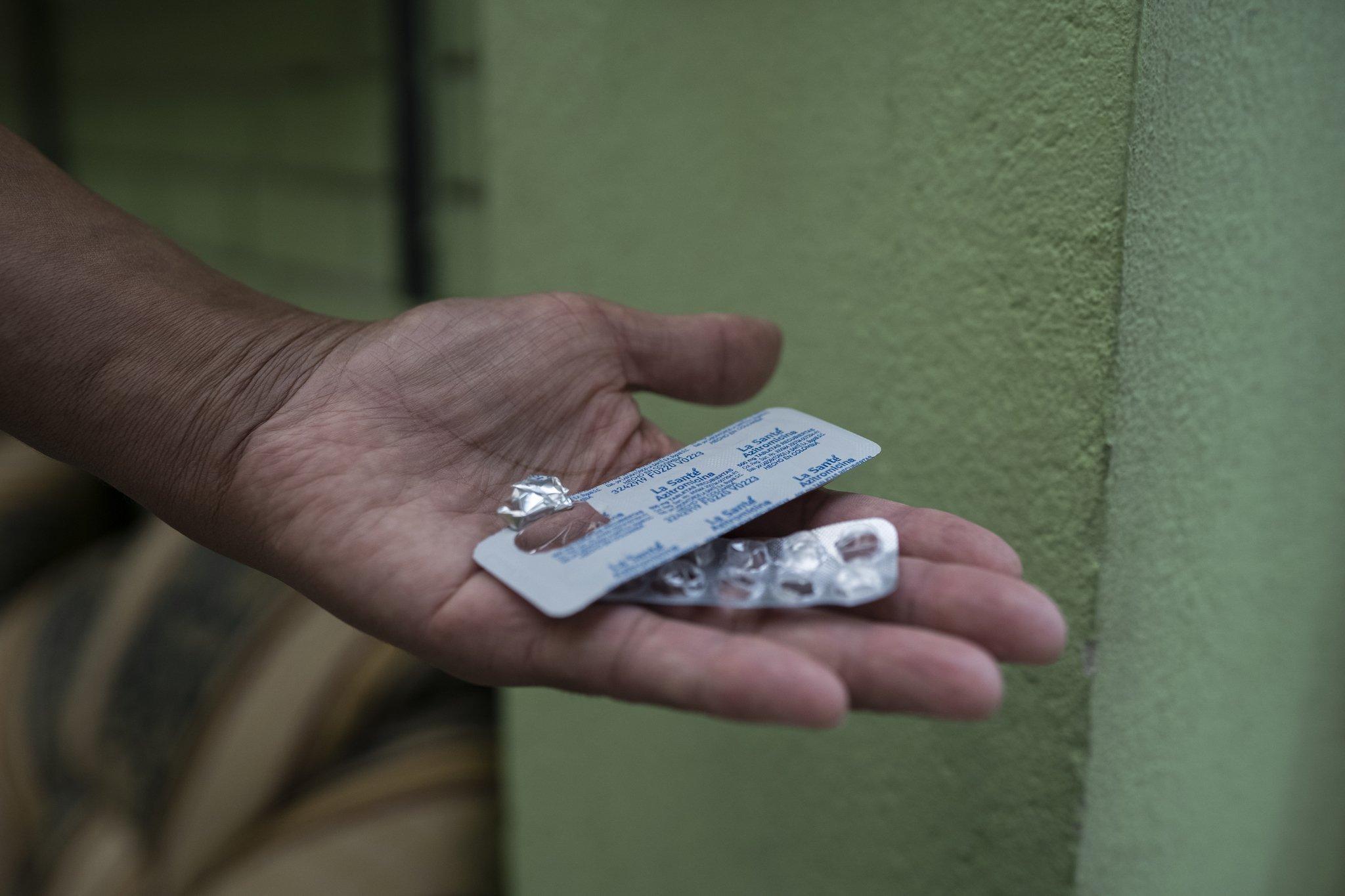 Ein Covid-19-Patient hält in der Hand zwei Blisterverpackungen, in denen einige Pillen fehlen.