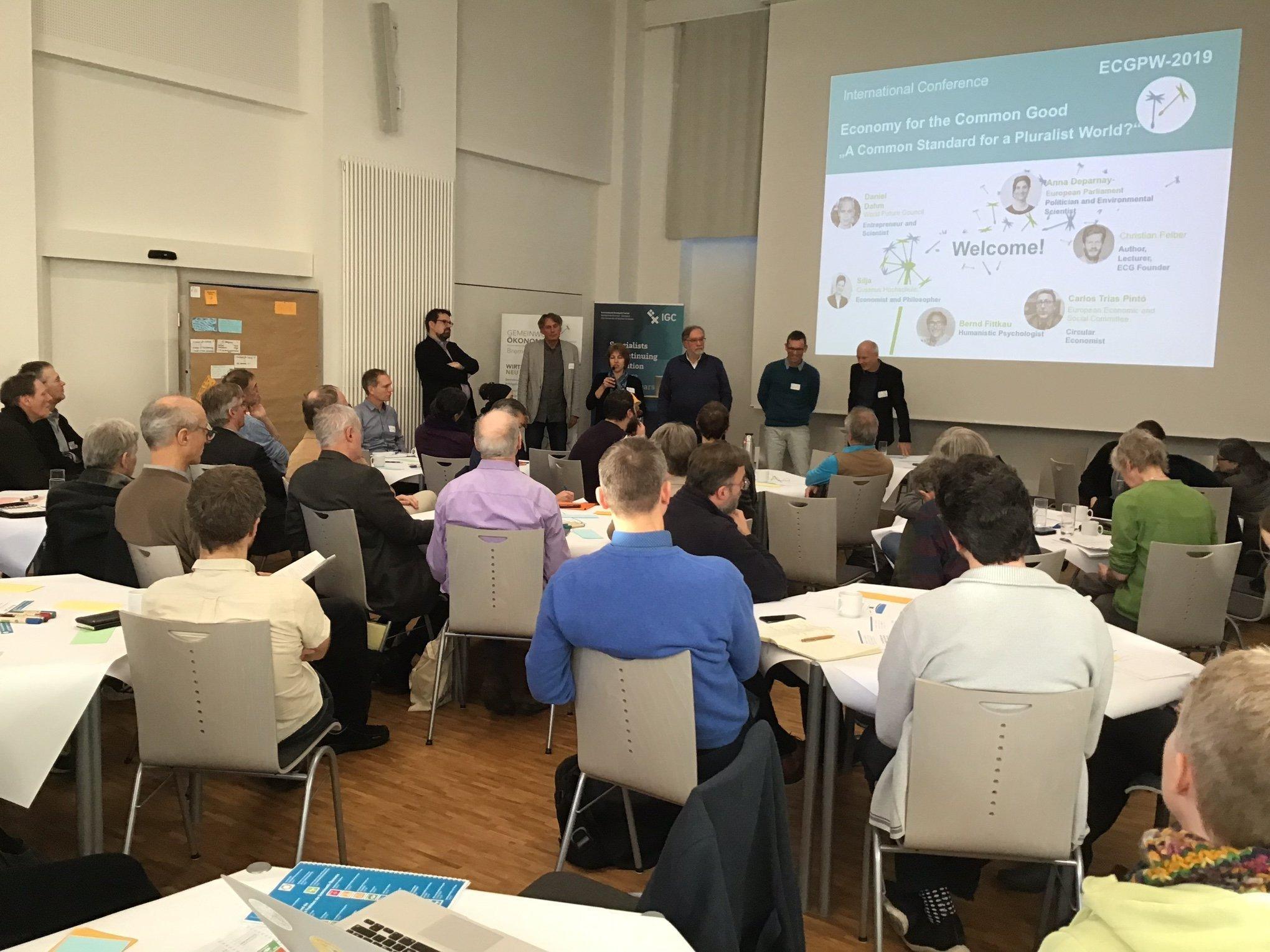 Am Ende der Gemeinwohl-Ökonomie-Konferenz ziehen die Teilnehmenden im Saal der Hochschule Bremen Fazit.