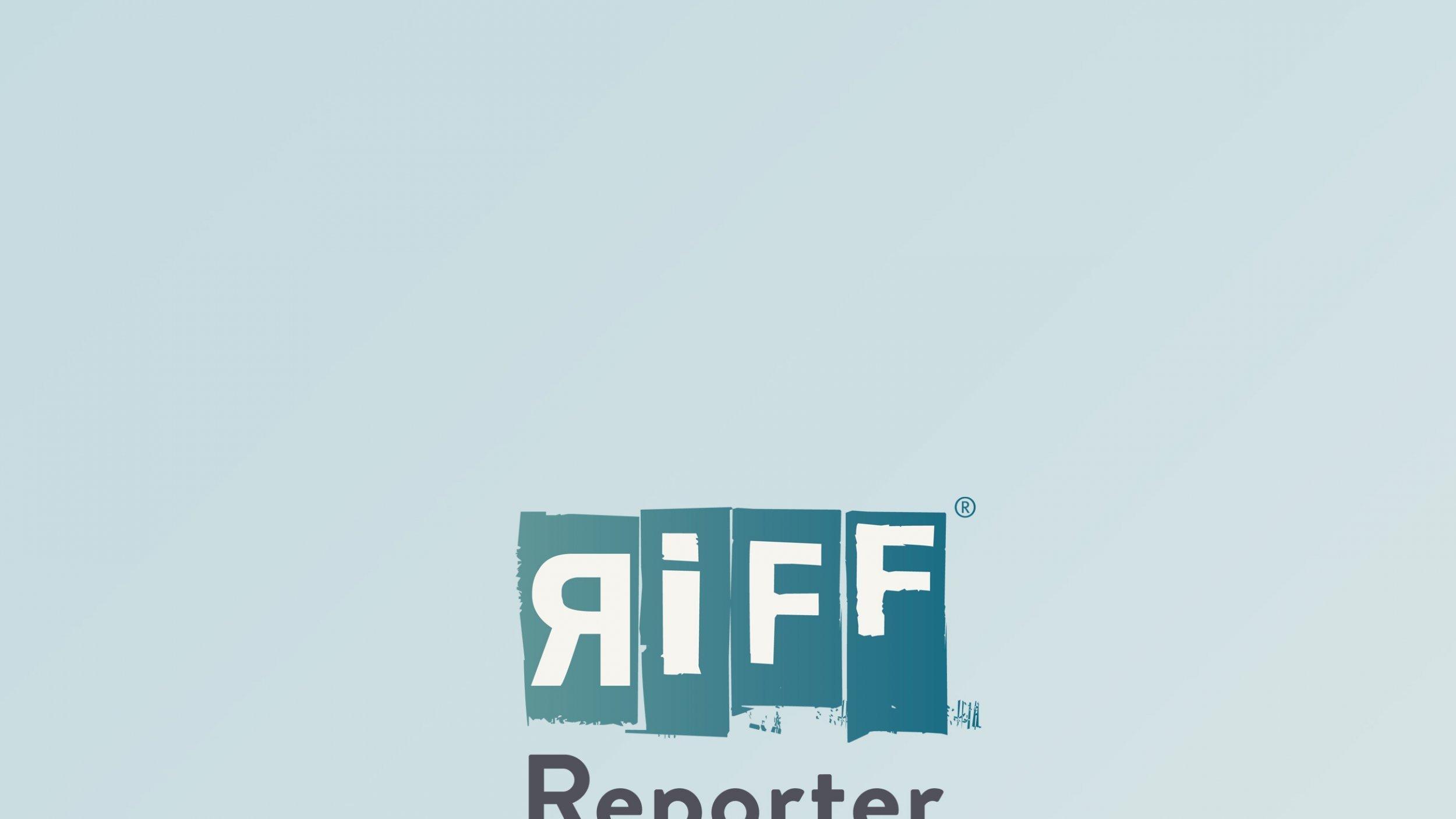 """Ein kleiner Roboter in der Mitte eines blau beleuchteten Labors träumt von übergroßen Laborgestalten. """"Die unglaubliche Geschichte des kleinen Roboterjungen"""" heißt das Theaterstück."""