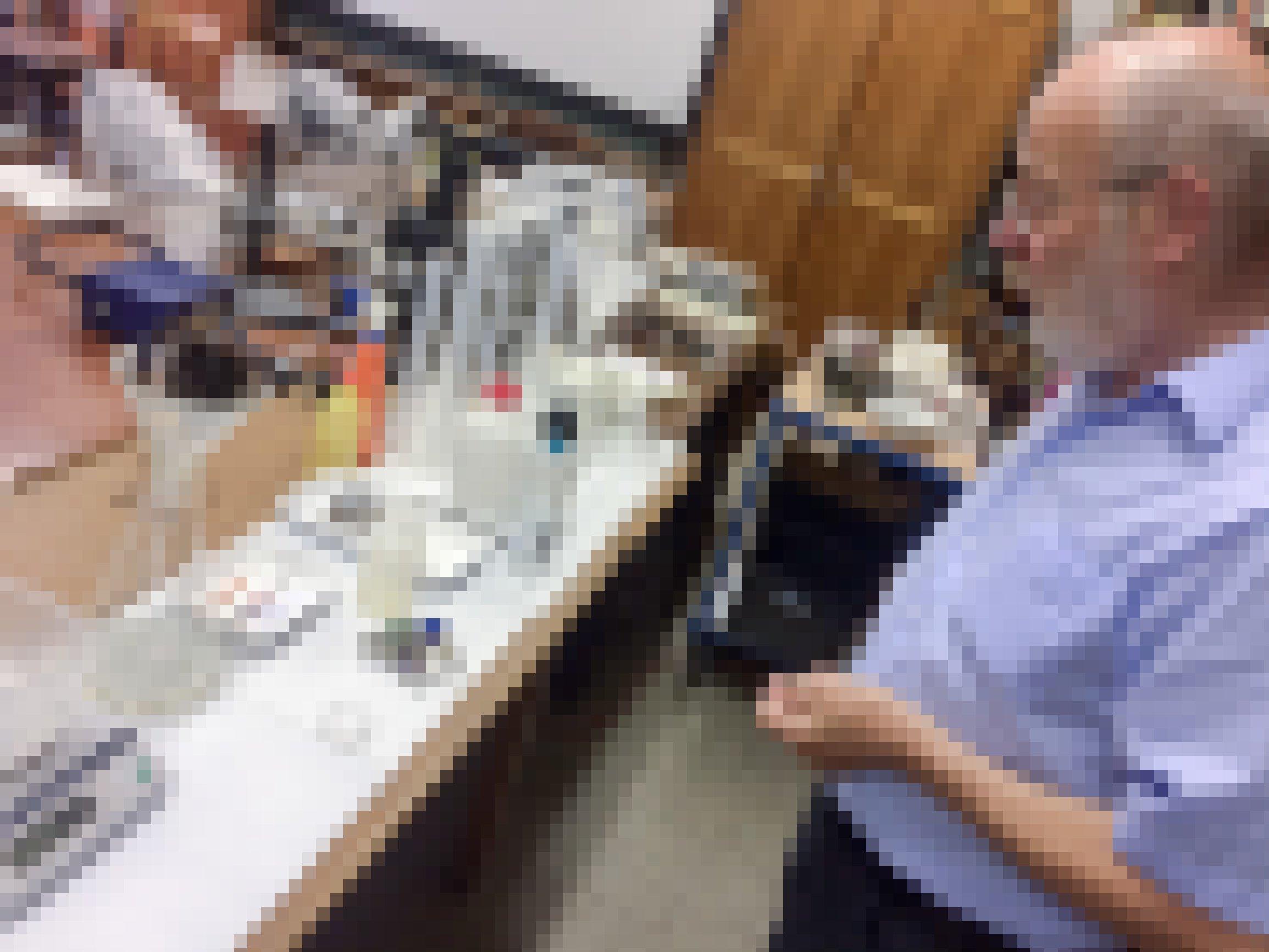 Ein Mann schaut auf einen Tisch. Er hält eine Stoppuhr in der Hand. Auf dem Tisch ein konischer Erlenmeyerkolben aus Glas, darauf ein Trichter in dem wiederum ein Haarsieb mit einem schwarzen Gewirr aus tausenden Insekten liegt. Eine elektronische Waage und Plastikflaschen stehen bereit, um die Probe aufzunehmen.