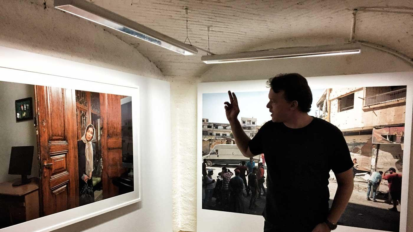 Kriegsfotograf Matthias Bruggmann führt durch seine Ausstellung im Lausanner Musée Elysée.