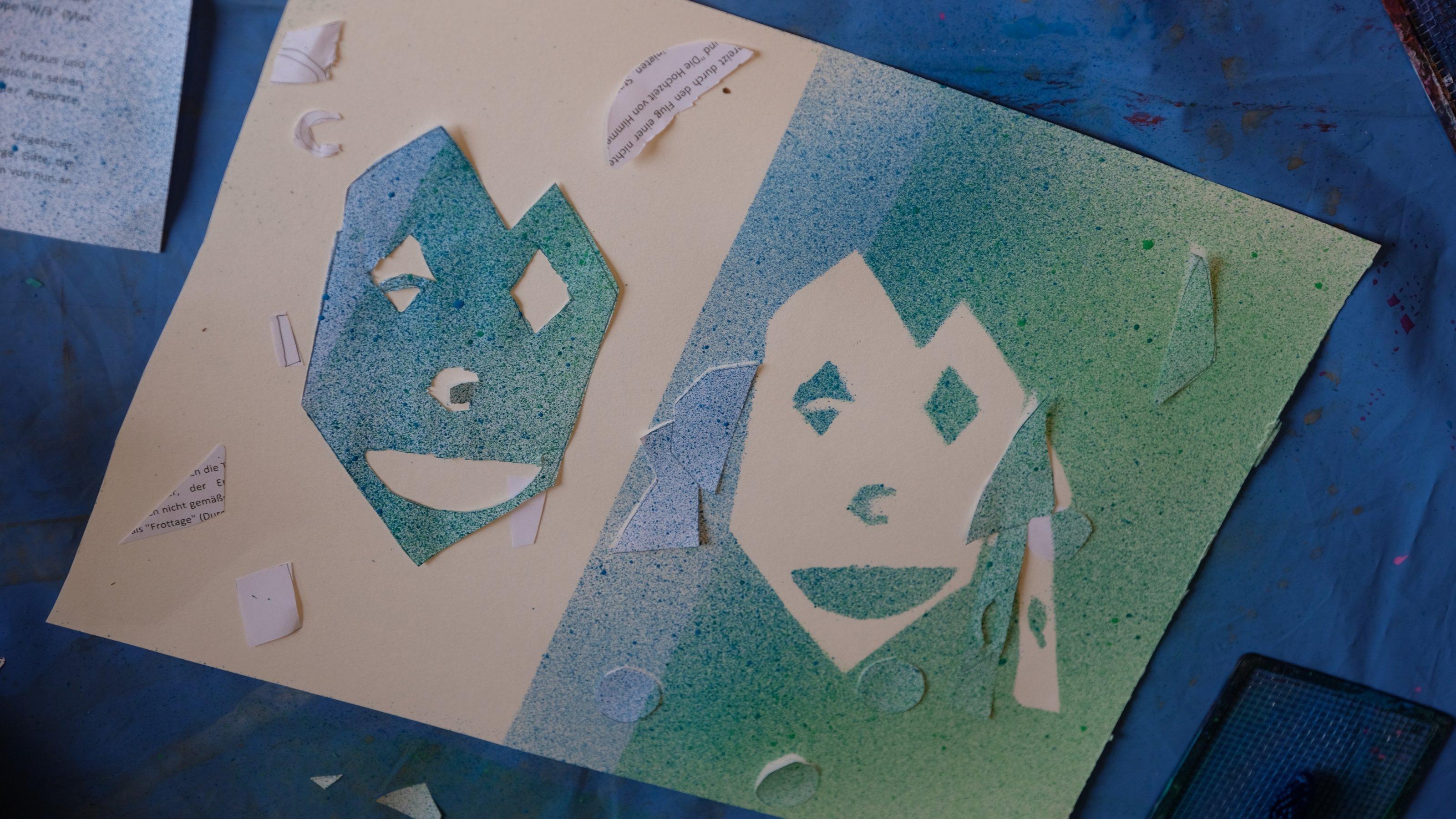 Hier sieht man das Blatt Papier, das Tilda mit grüner und blauer Farbe besprüht hat. Sie hatte ein Gesicht als Schablone darauf gelegt. Diese Flächen sind weiß geblieben.