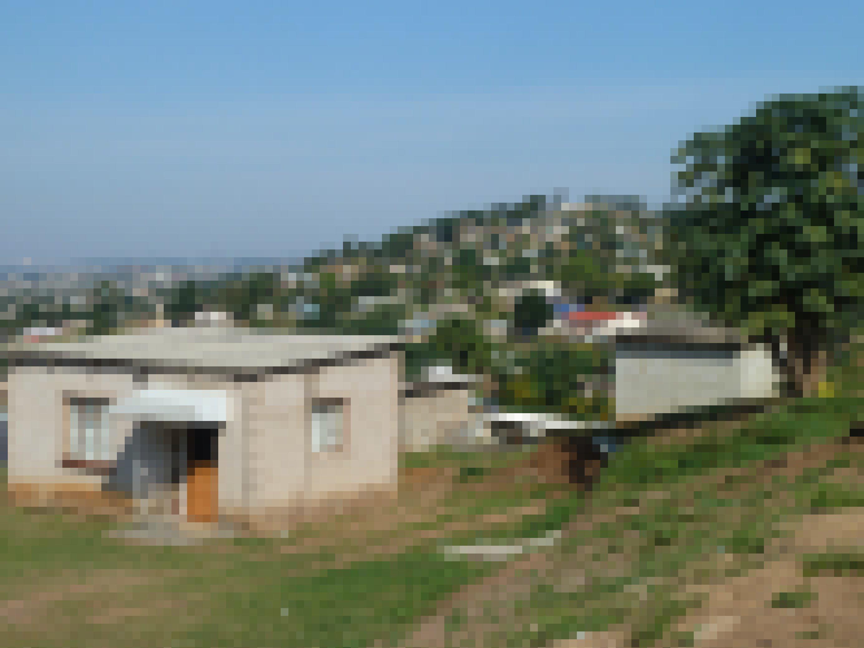 Kleine Häuser auf den Hügeln eines Townships bei Durban
