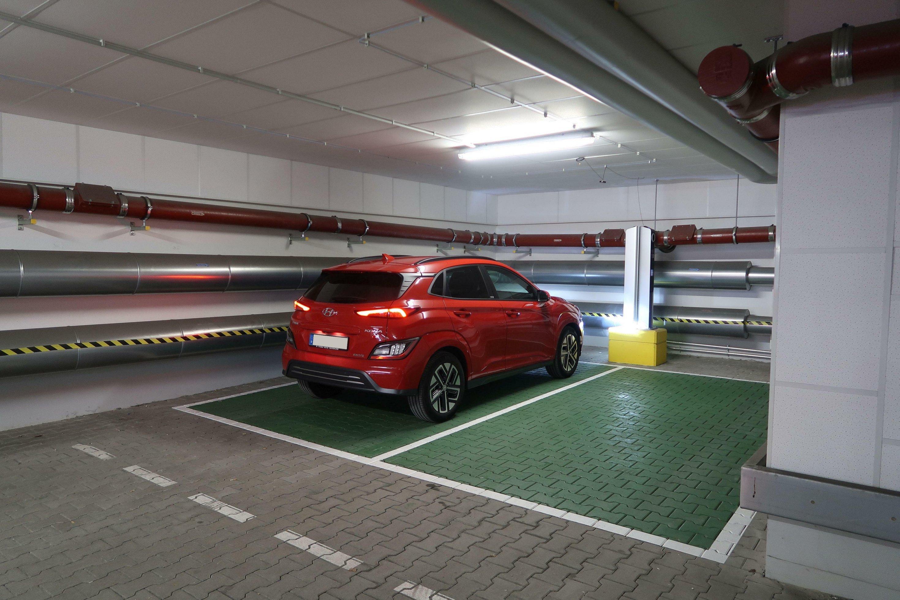 Ein roter Hyundai Kona steht in einer Tiefgarage.