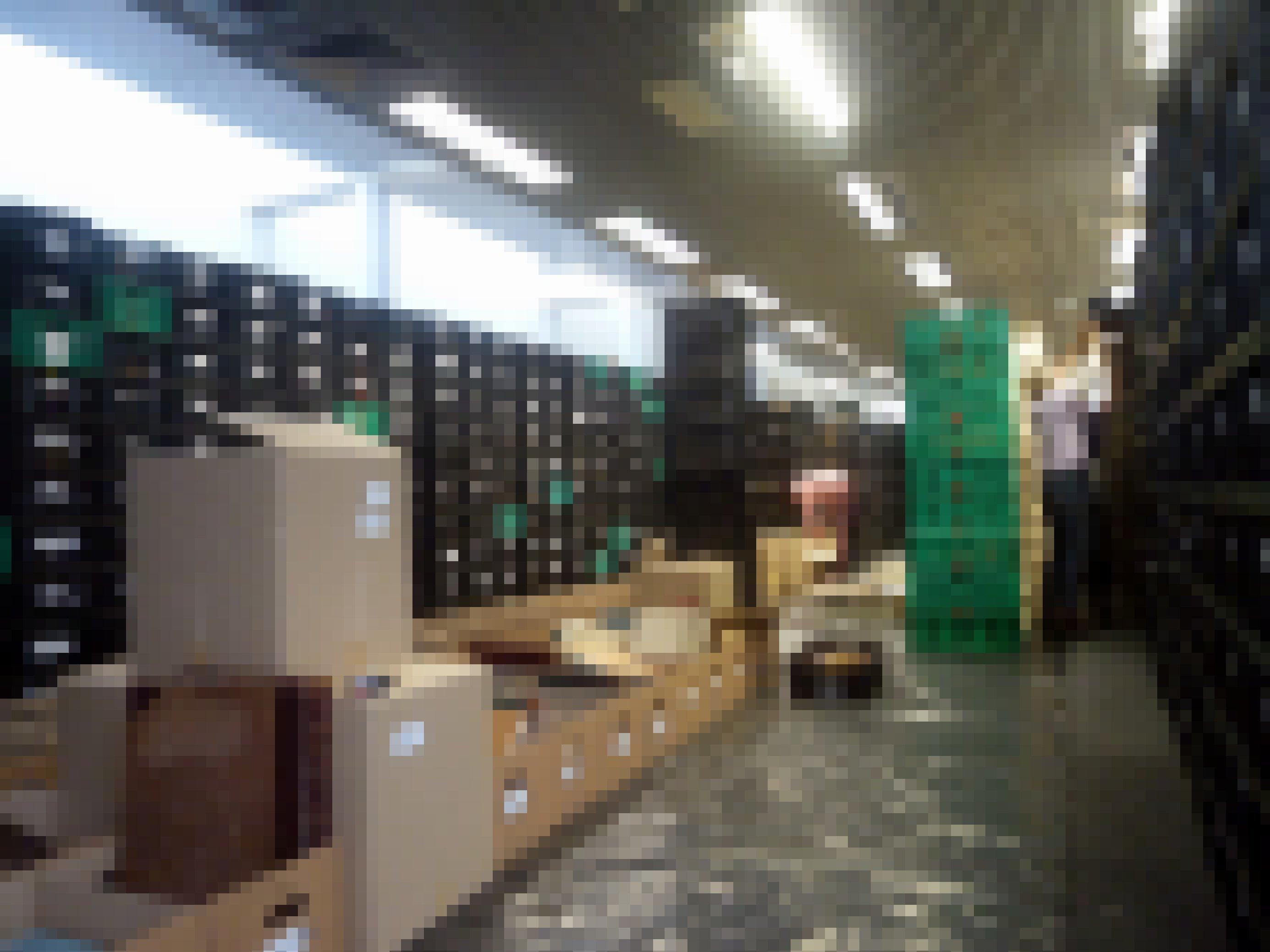In dem Raum arbeiten zwei Frauen vor langen Reihen von gestapelten Kisten mit geborgenen Archivmaterialien