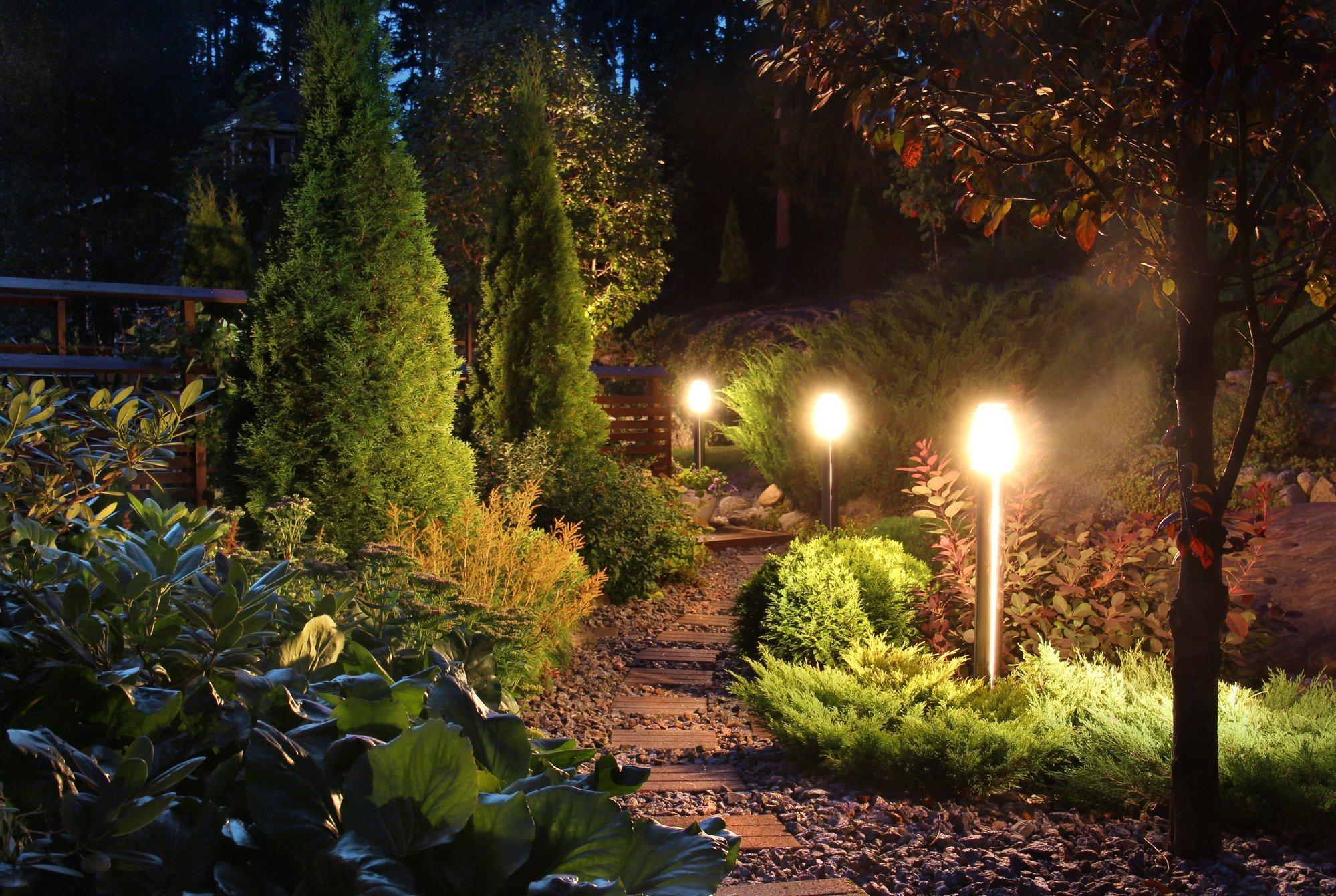 Ein Weg durch einen Garten wird von Kampen gesäumt.