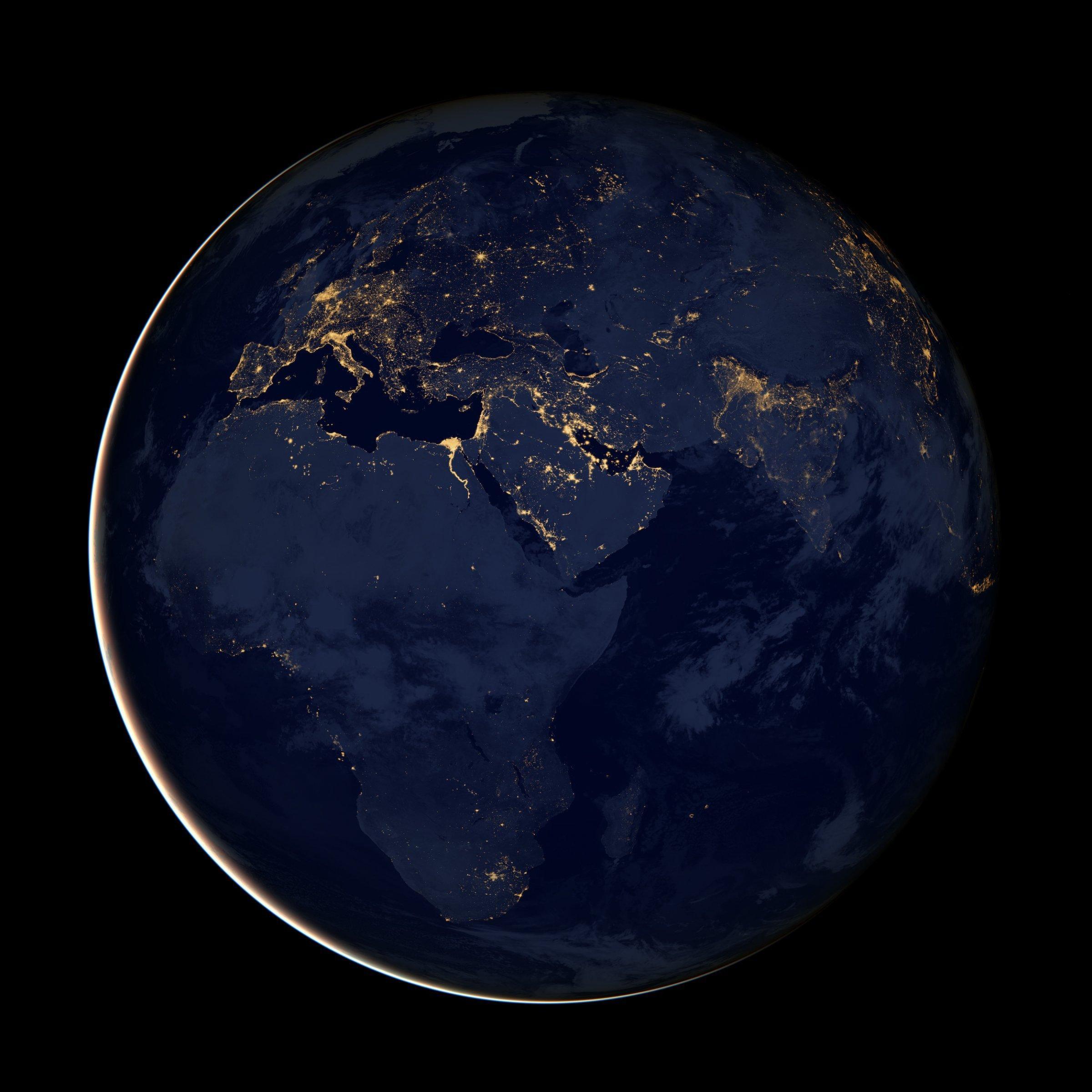 Die US-Raumfahrtagentur NASA hat aus Satellitenbildern ein Abbild der Erde bei Nacht geschaffen. Europa strahlt in weiten Teilen in hellem Licht, während Afrika nur von wenigen hellen Punkten gekennzeichnet ist.