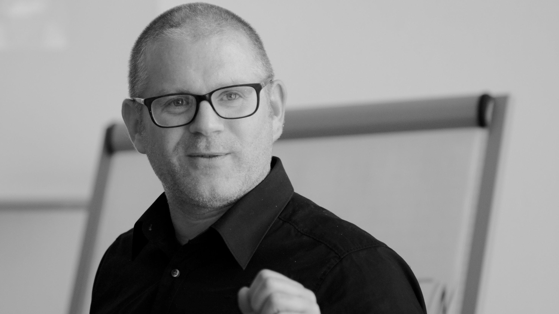 Daniel Lingenöhl, ein Mann mit Brille und kurzem Haar in schwarz/weiß.
