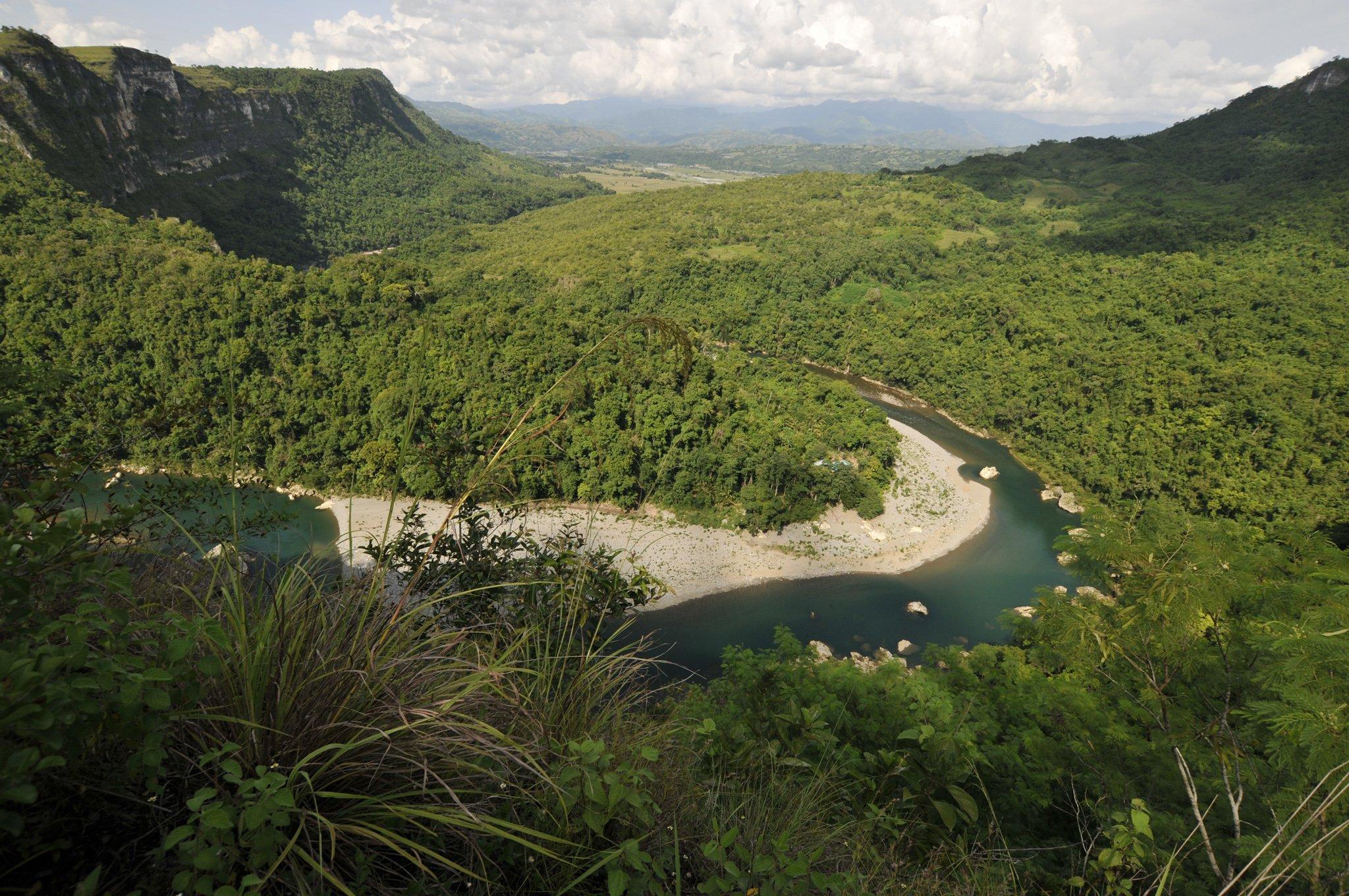 Wunderschön, mit Wald bedeckt und von einem Fluss durchzogen zeigt sich die Landschaft in der Nähe der Callao-Höhle auf der philippinischen Insel Luzon. Hier lebte vor vielen Jahrzehntausenden Homo luzonensis – eine kleinwüchsige, noch rätselhafte Menschenart.