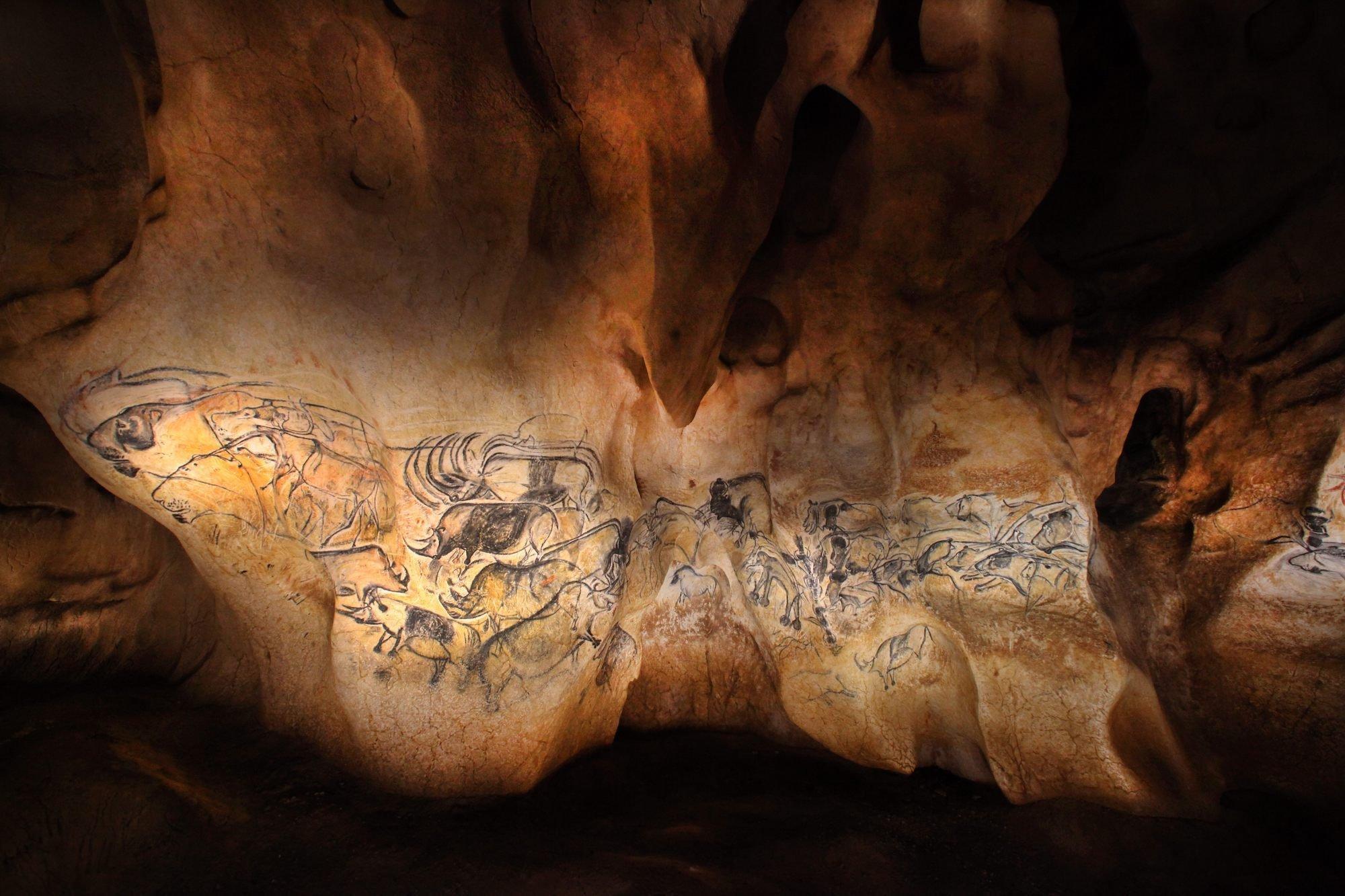 Antike Höhlenmalerei auf der Tiere zu erkennen sind.