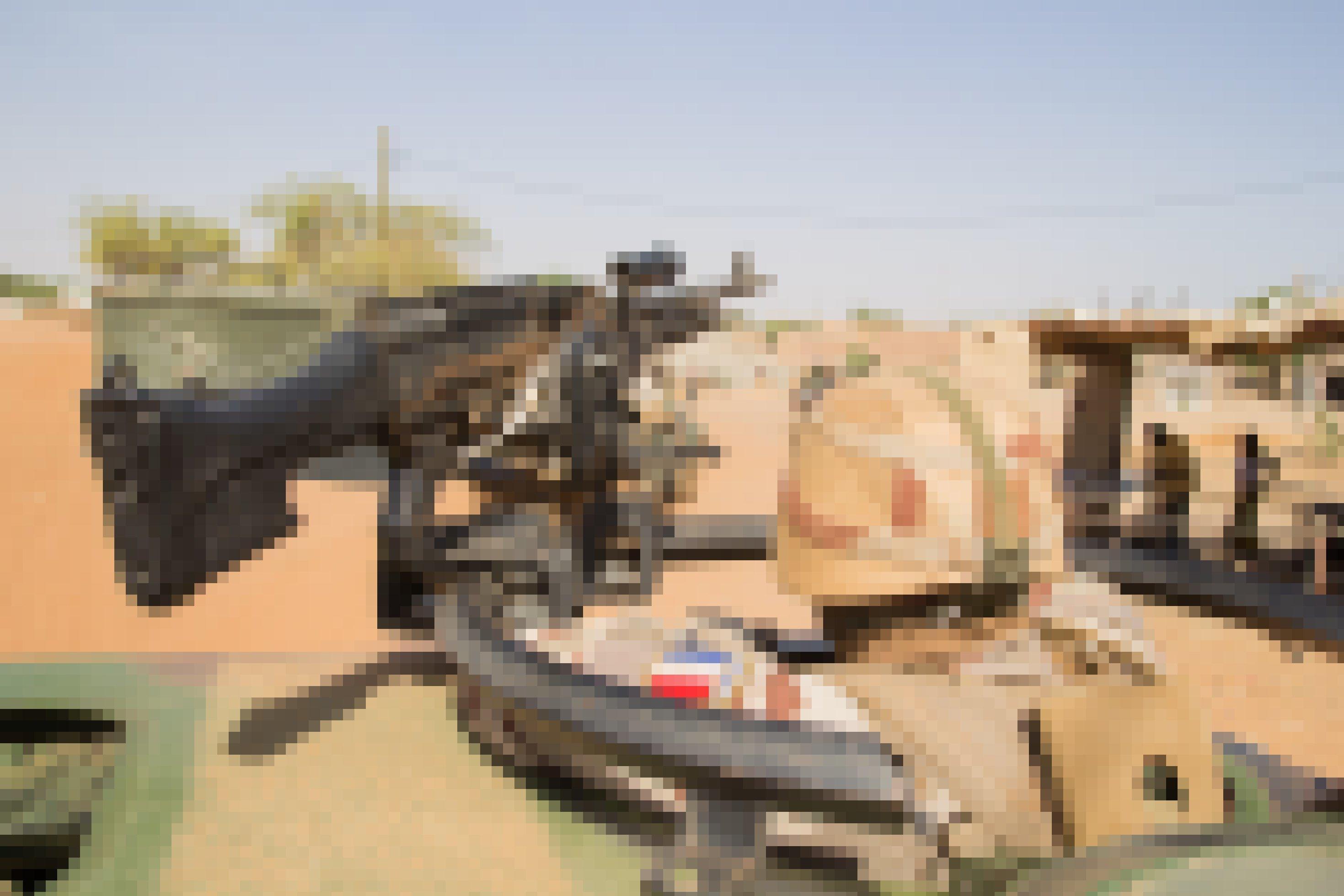 Man guckt einem französischen Soldaten praktisch über die Schulter, er selbst steht im Ausguck eines Panzers, am Geschütz. Das Geschütz ist auf dem Bild nach rechts gerichtet, dort sind auch Zivilisten zu sehen.