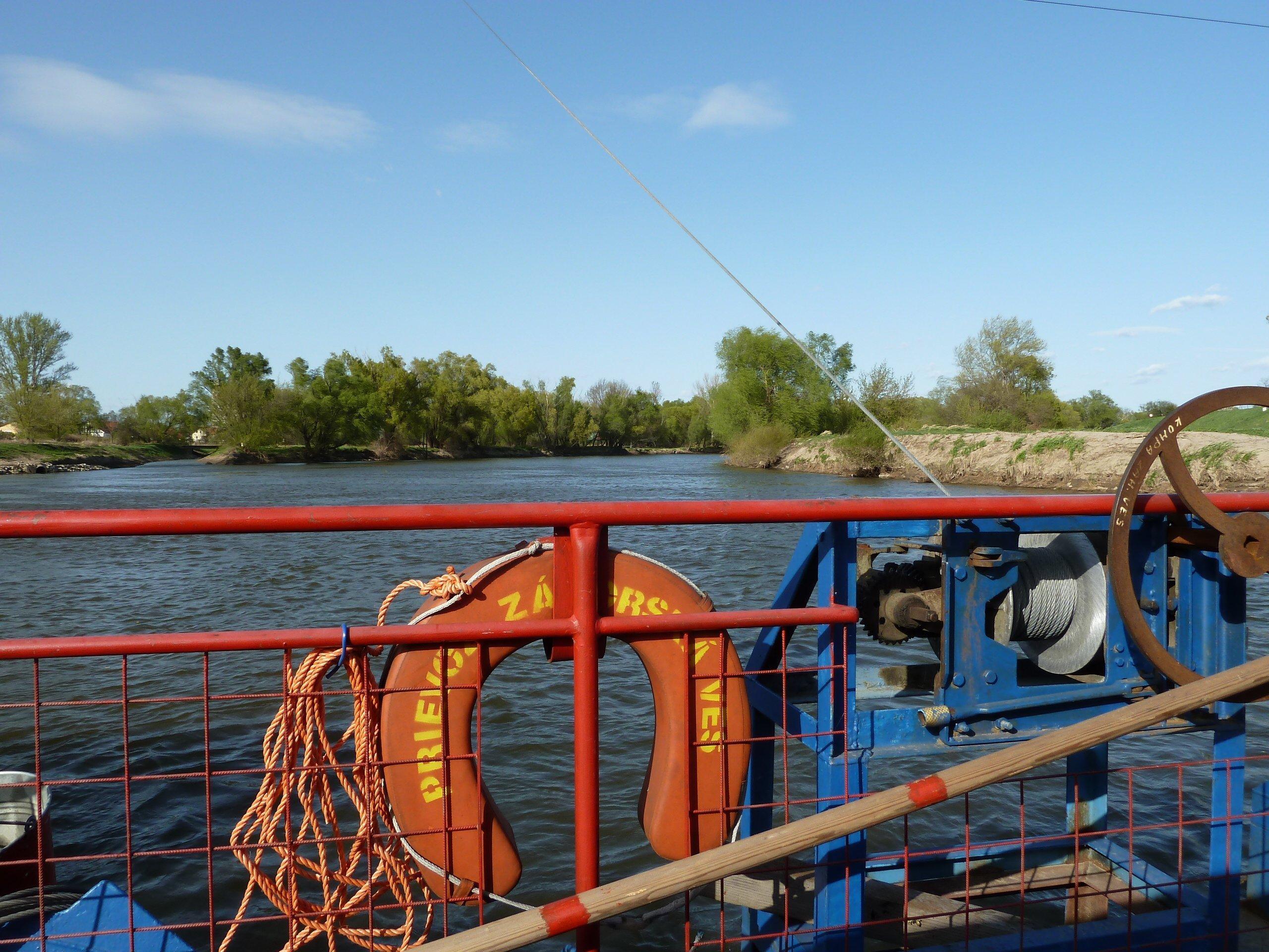Die Rollfähre hängt an einem Stahlseil. Durch die Strömung des Flusses setzt sich die Fähre in Bewegung. Sie verbindet das österreichische und das slowakische Ufer.