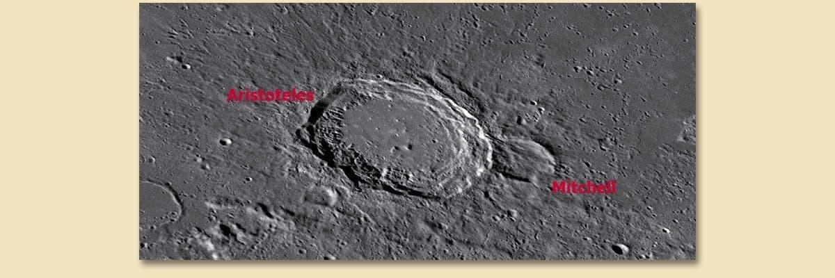 Einer der wenigen nach einer Frau benannten Mondkrater ist Mitchell, der sich an den größeren Aristoteles schmiegt – und älter ist als dieser.
