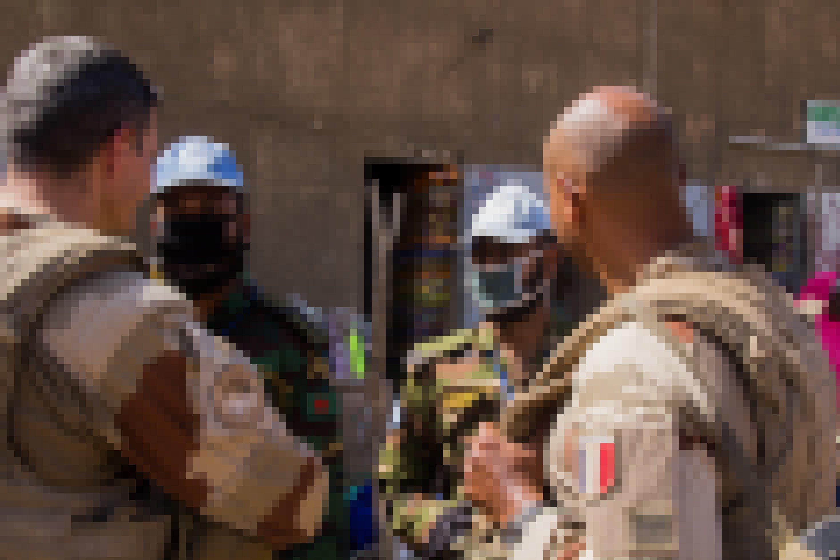 Halb im Anschnitt von hinten sind zwei französische Soldaten zu sehen, von vorne zwei ihrer maleschen Kollegen, mit Gesichtsmasken.