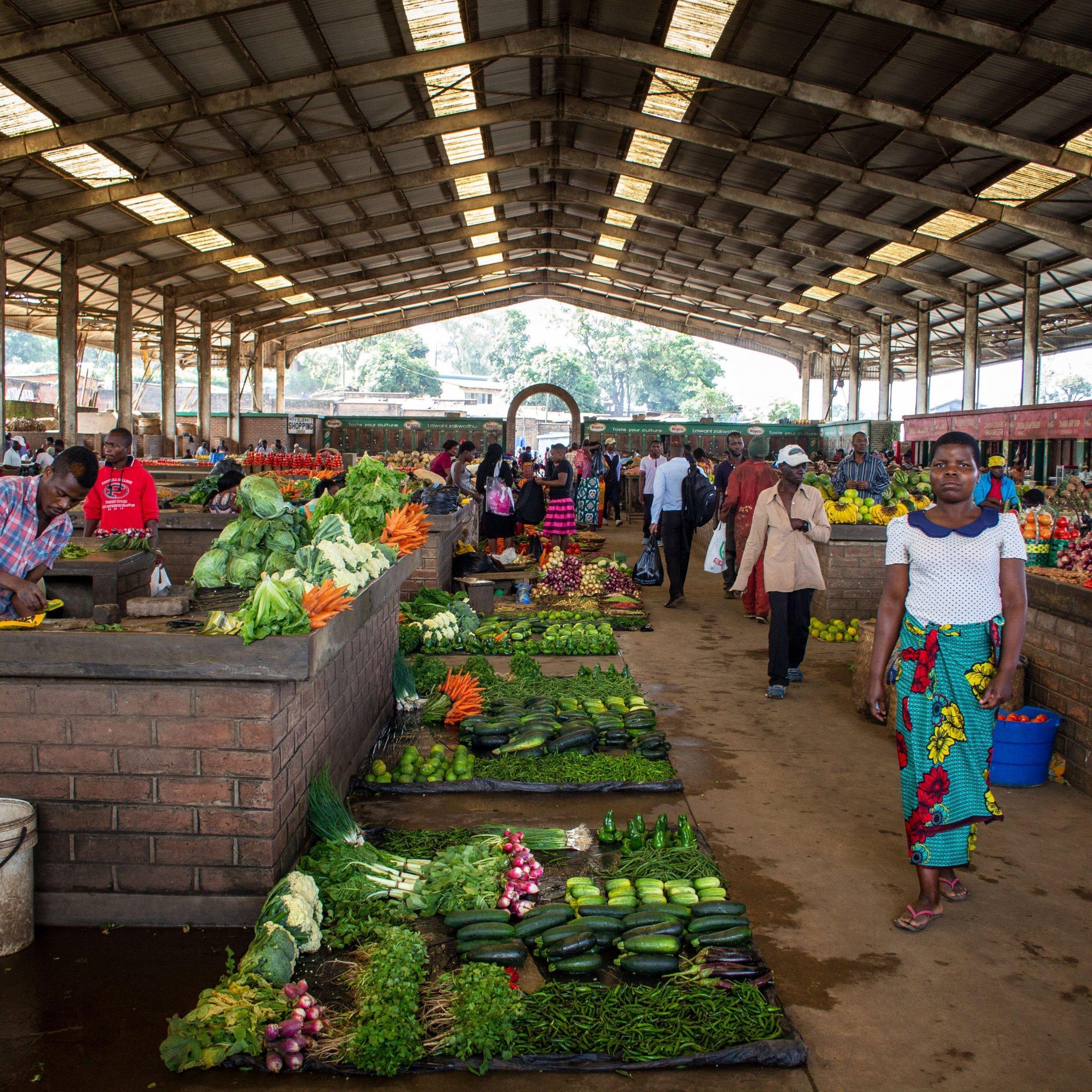 Die Markthalle in Blantyre in Malawi mit einem reichen Angebot an Obst und Gemüse