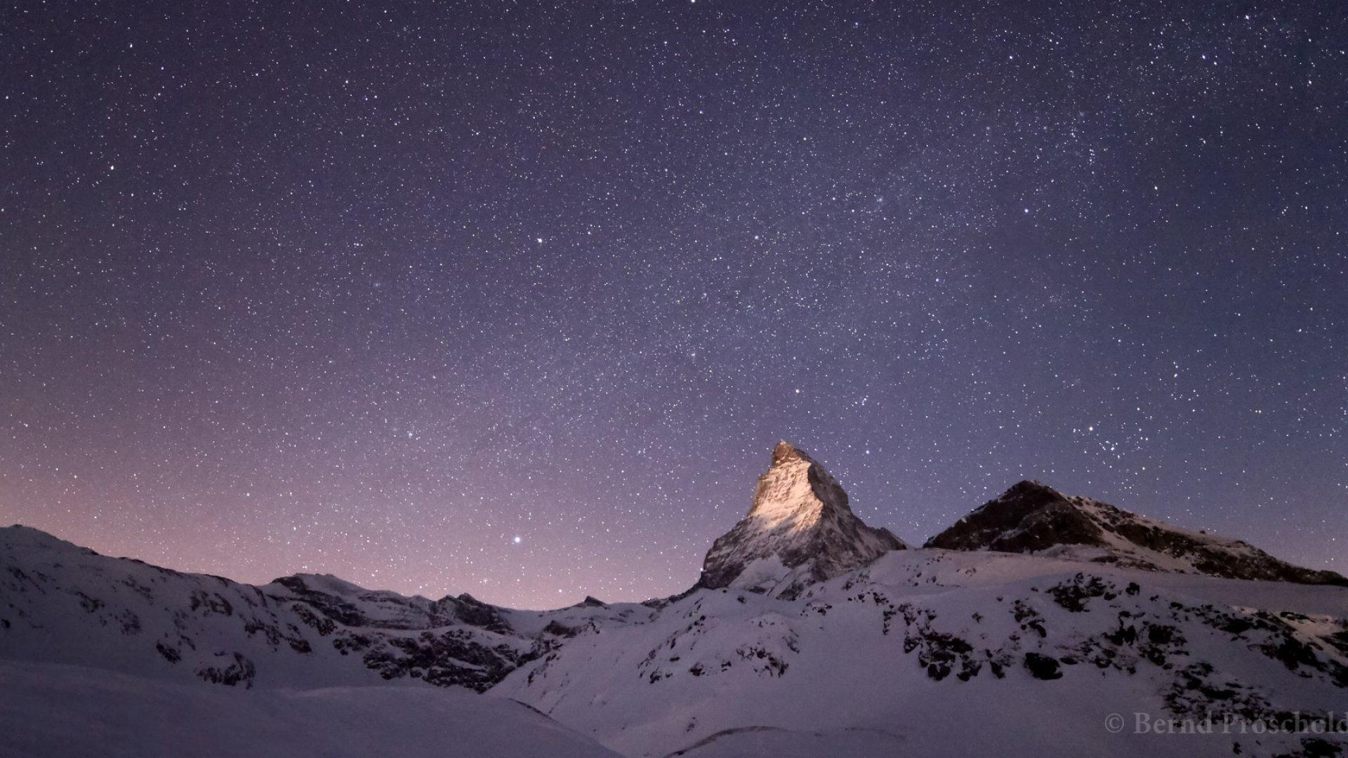 Auf dieser grandiosen Aufnahme von Bernd Pröschold erstrahlt die Spitze des Matterhorns im Licht des aufgehenden Mondes.