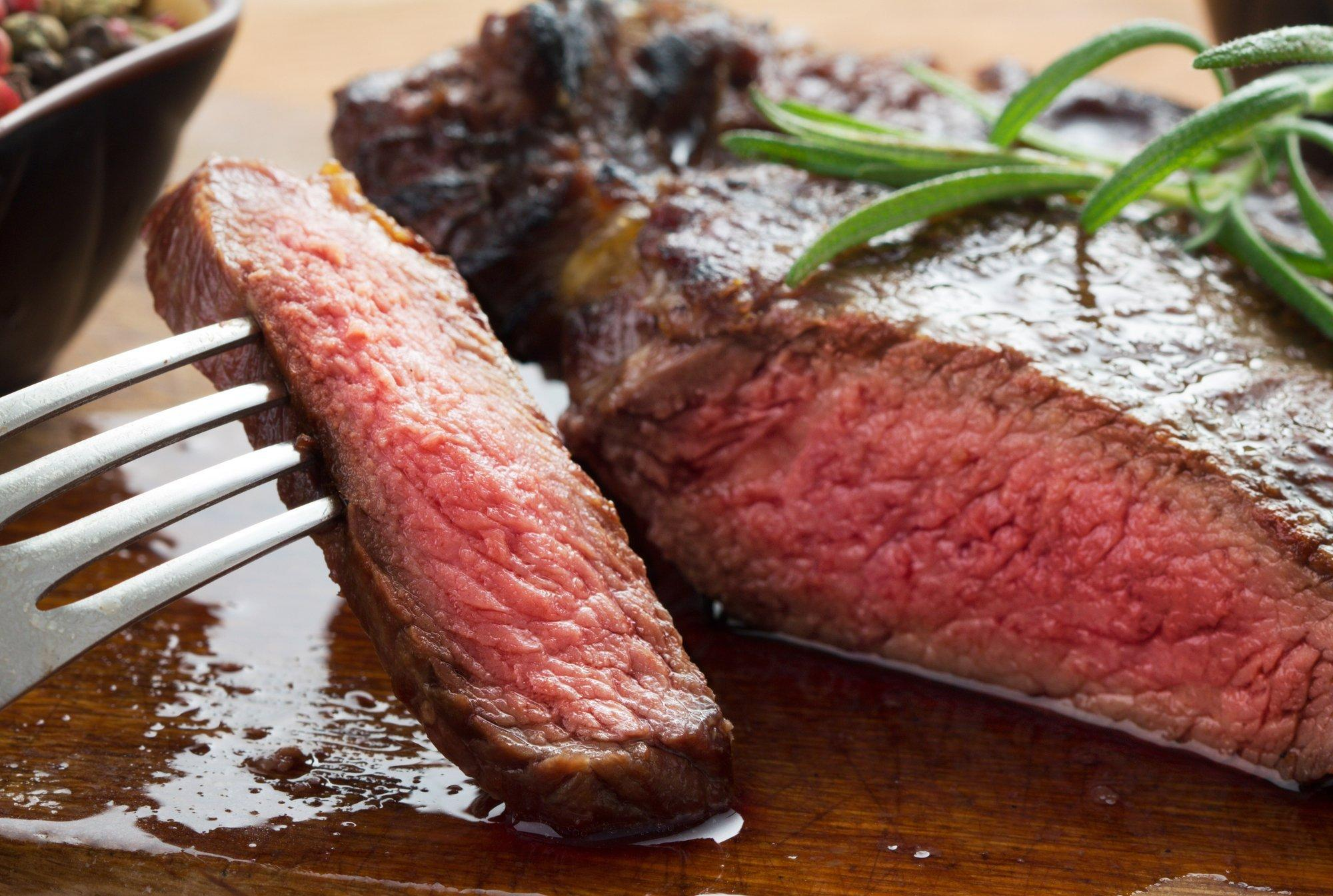 Ein medium gebratenes Steak.