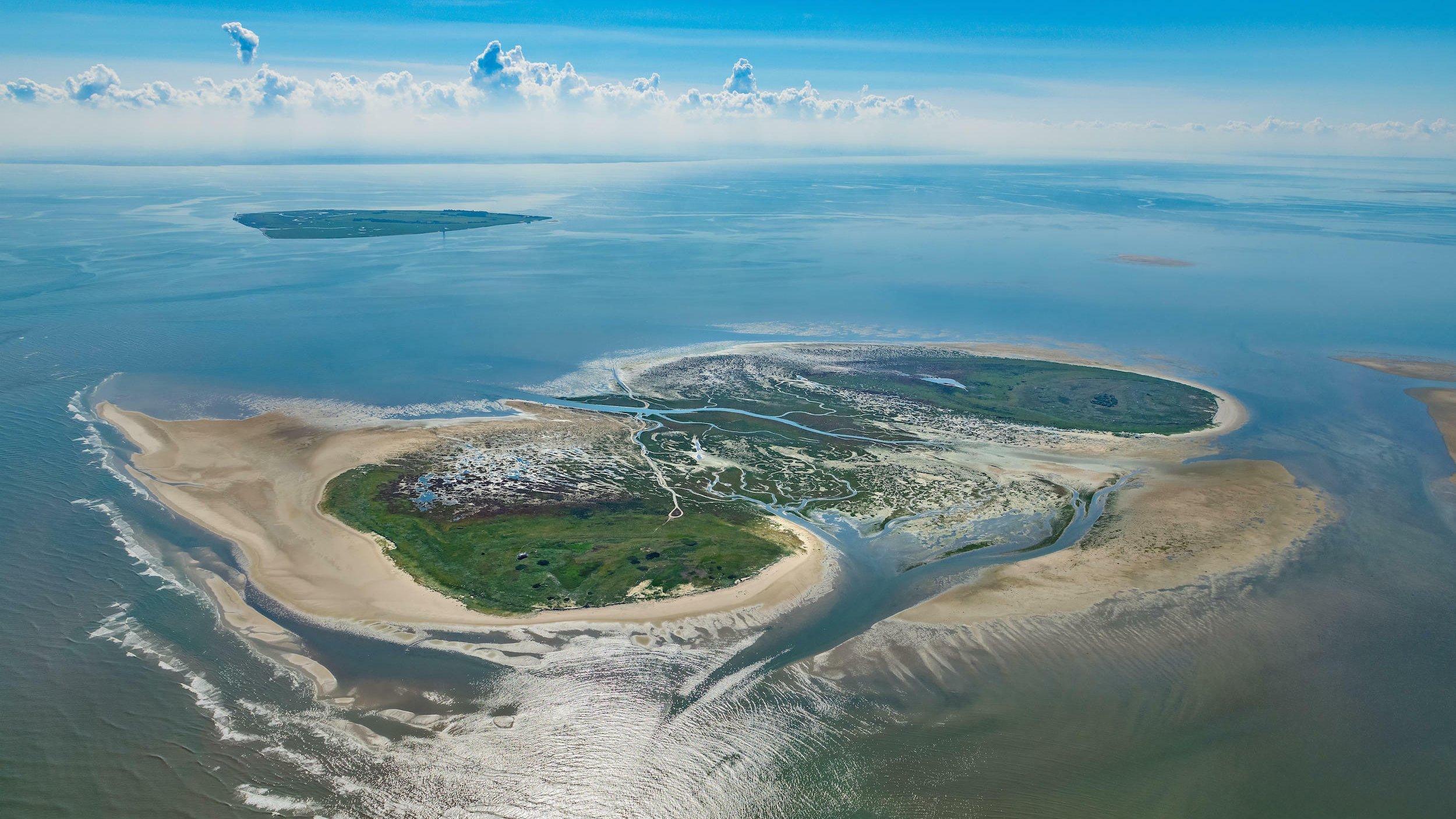 Die Inseln Nigehörn und Scharhörn in der Nordsee im Wattenmeer vor Cuxhaven im Bundesland aus der Luft. Es sieht fast aus wie tropische Inseln.