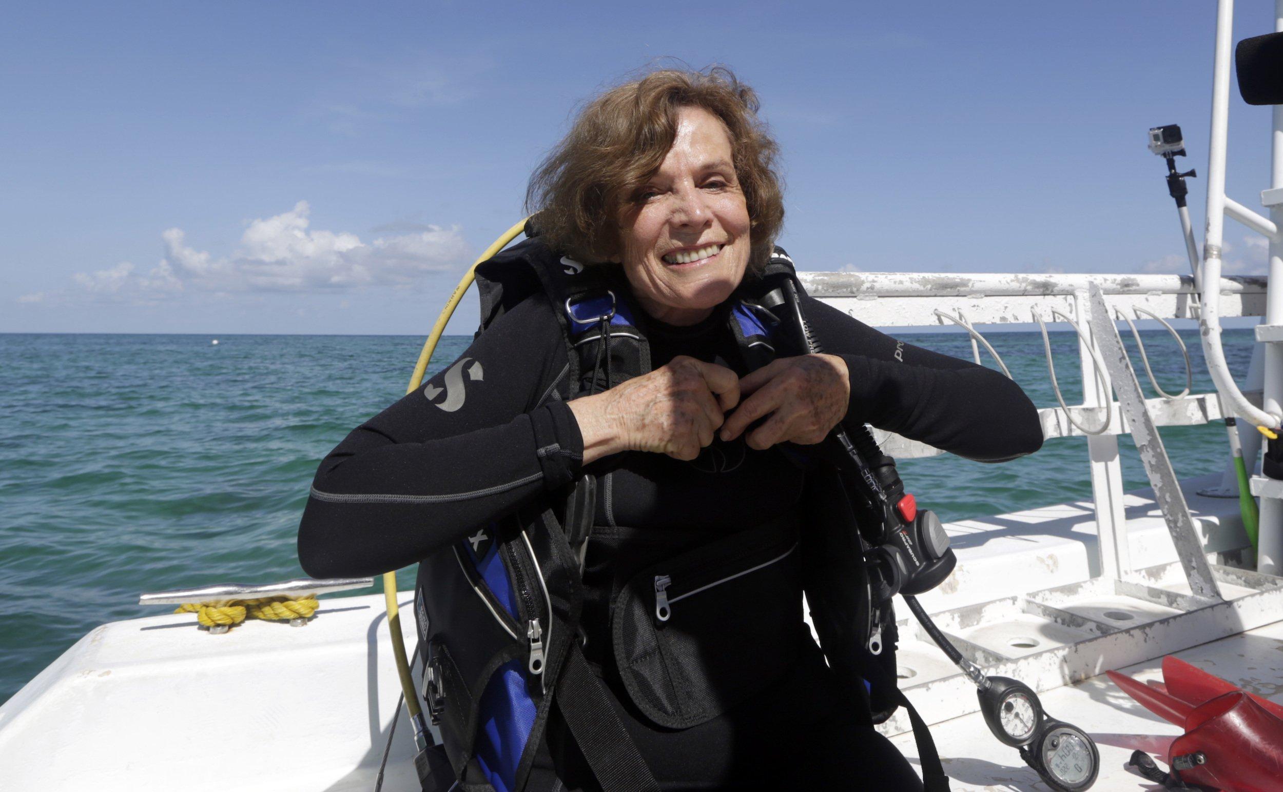 """Das Bild zeigt die legendäre Meeresbiologin Sylvia Earle im Tauchanzug im Wasser. Sie hat mit ihrer Organisation """"Mission Blue"""" das marine Schutzgebietsnetz der """"Hope Spots"""" initiiert"""