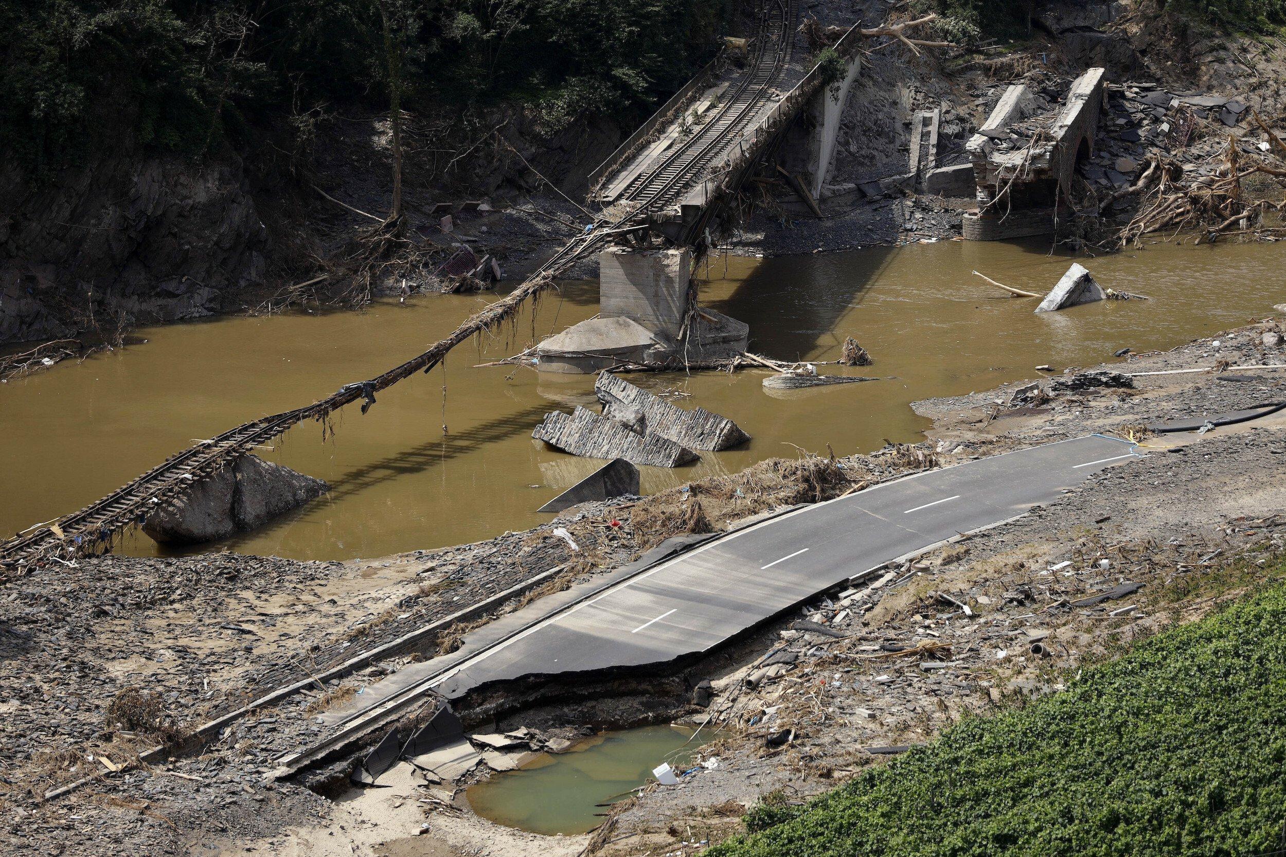 Zerstörte Brücke und Strasse im Ahrtal