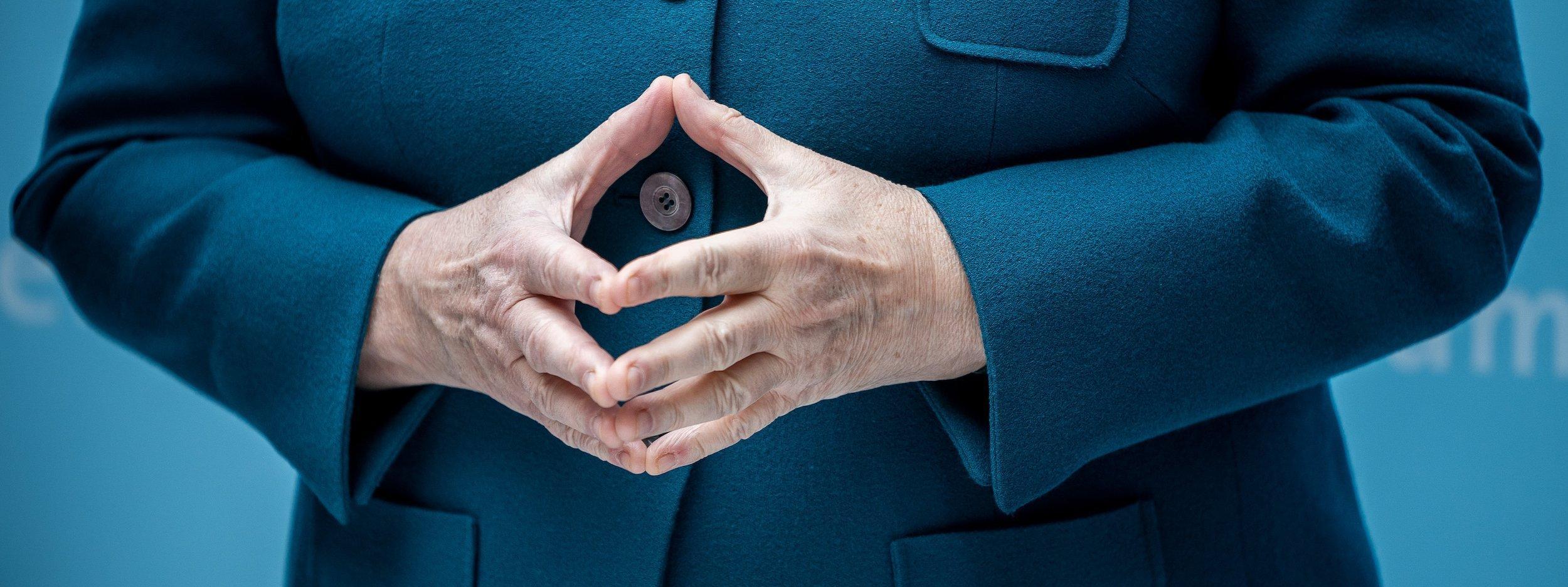 Das Bild zeigt die zur Raute gefalteten Hände von Angela Merkel – eine Ikone.