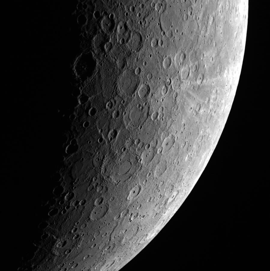 Der kraterreiche Merkur ist auf den ersten Blick nur schwer von unserem Erdtrabanten zu unterscheiden: Ein Bild vom 23. April 2013von der NASA-Sonde Messenger.