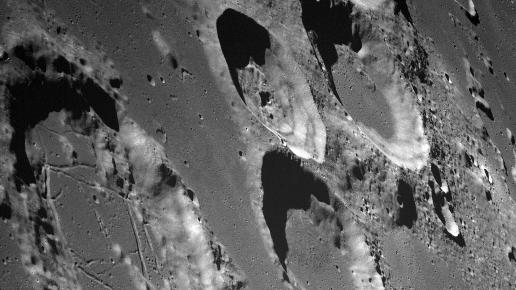 Mehrere Mondkrater, aus dem Orbit fotografiert. Das Bild stammt von Heiligabend 1968, fotografiert von der Mission Apollo 8.