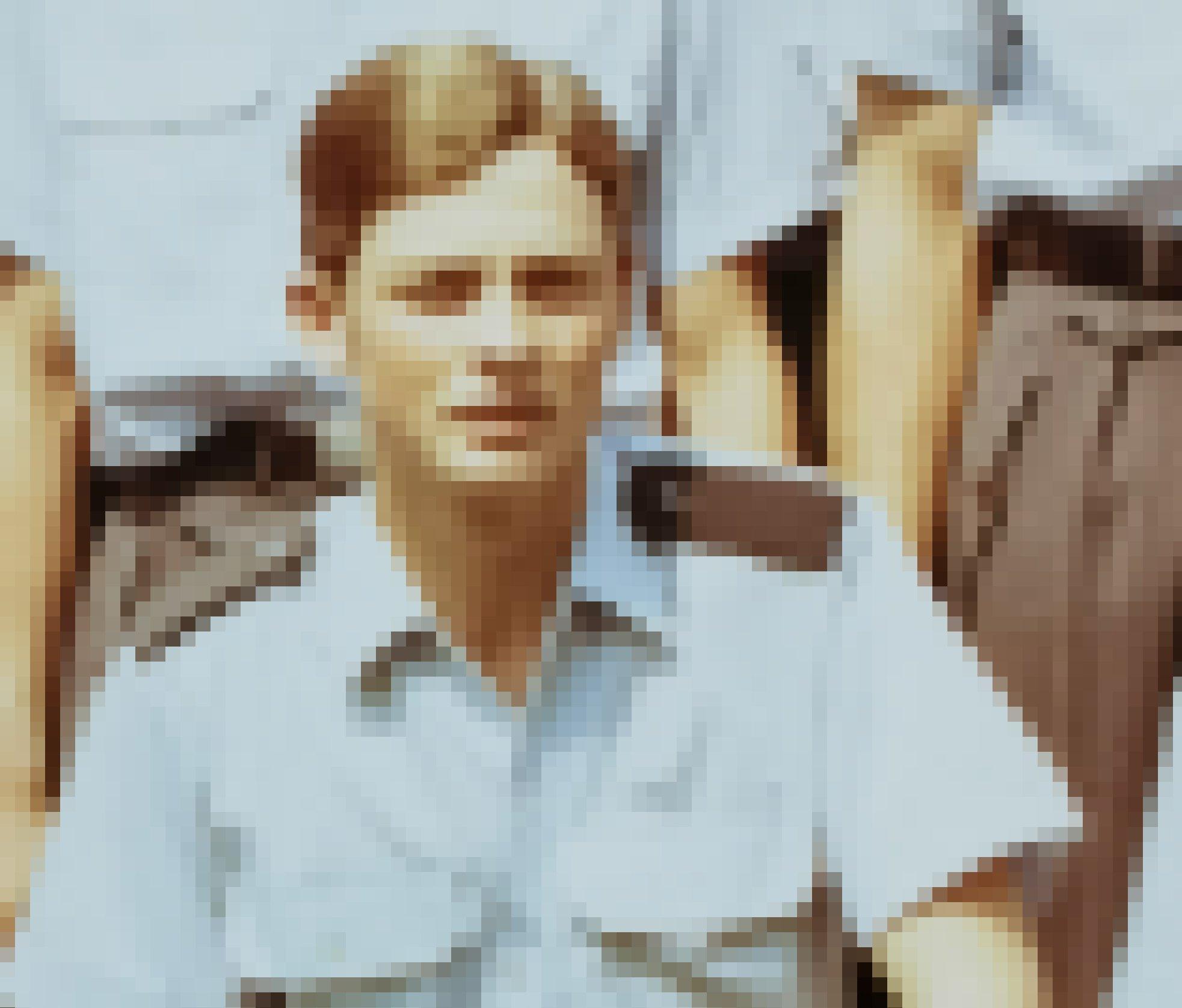 Ein glattrasierter junger Mann mit gescheiteltem Haar, hellblauem Uniformhemd mit Schulterklappen schaut in die Kamera.