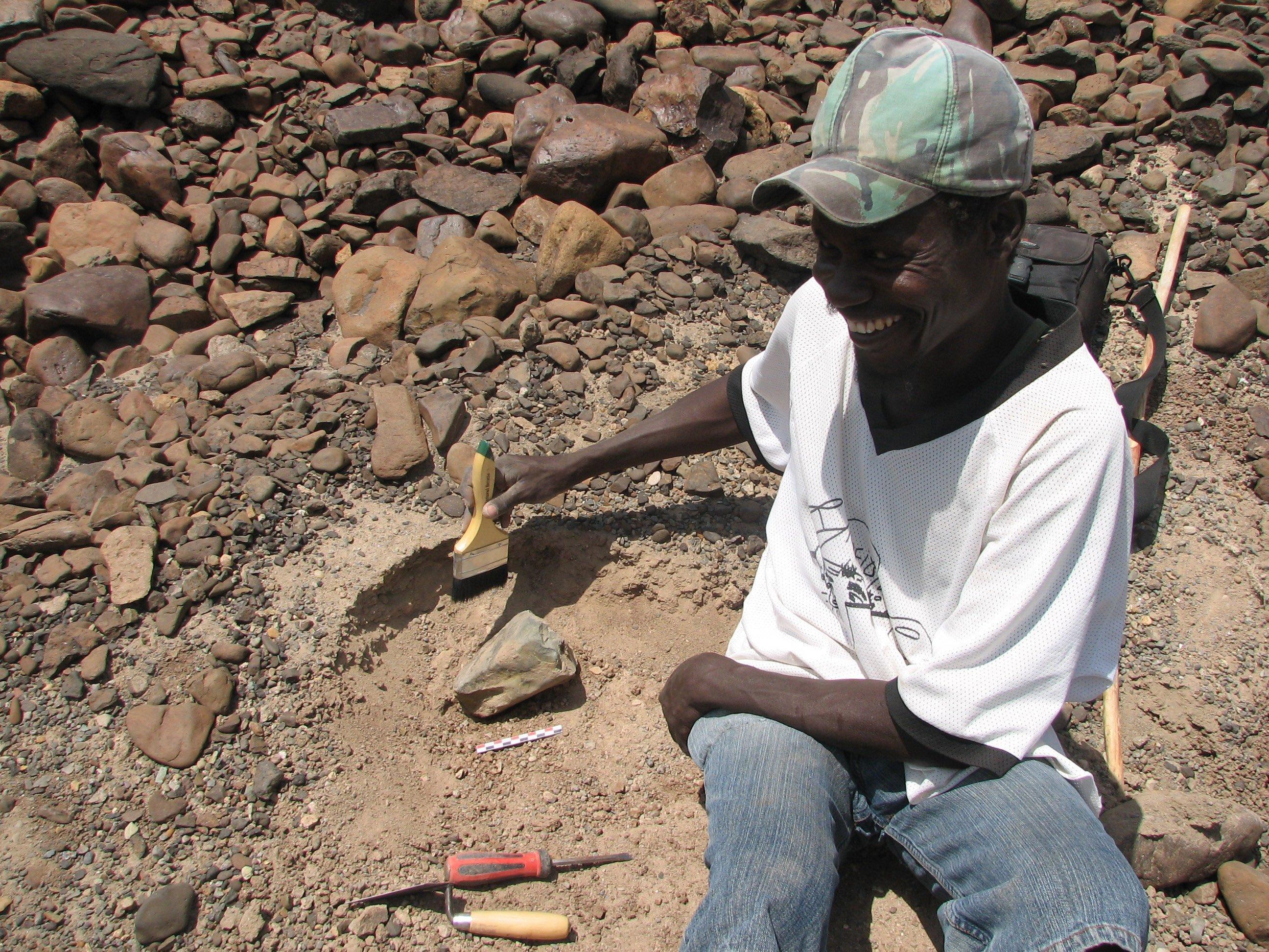 In Sedimenten westlich des Turkanasees in Kenia entdeckten Forscher 3,3Millionen Jahre alte, primitive Steinwerkzeuge. Auf dem Bild ist Team-Mitglied Sammy Lokorodi zu sehen, der gerade eines der Werkzeuge freilegt. Der Fund ist eine Sensation, weil es damals noch keine Menschen gab. Die Forscher glauben daher, dass Vormenschen der Art Australopithecus afarensis sie hergestellt und benutzt haben.