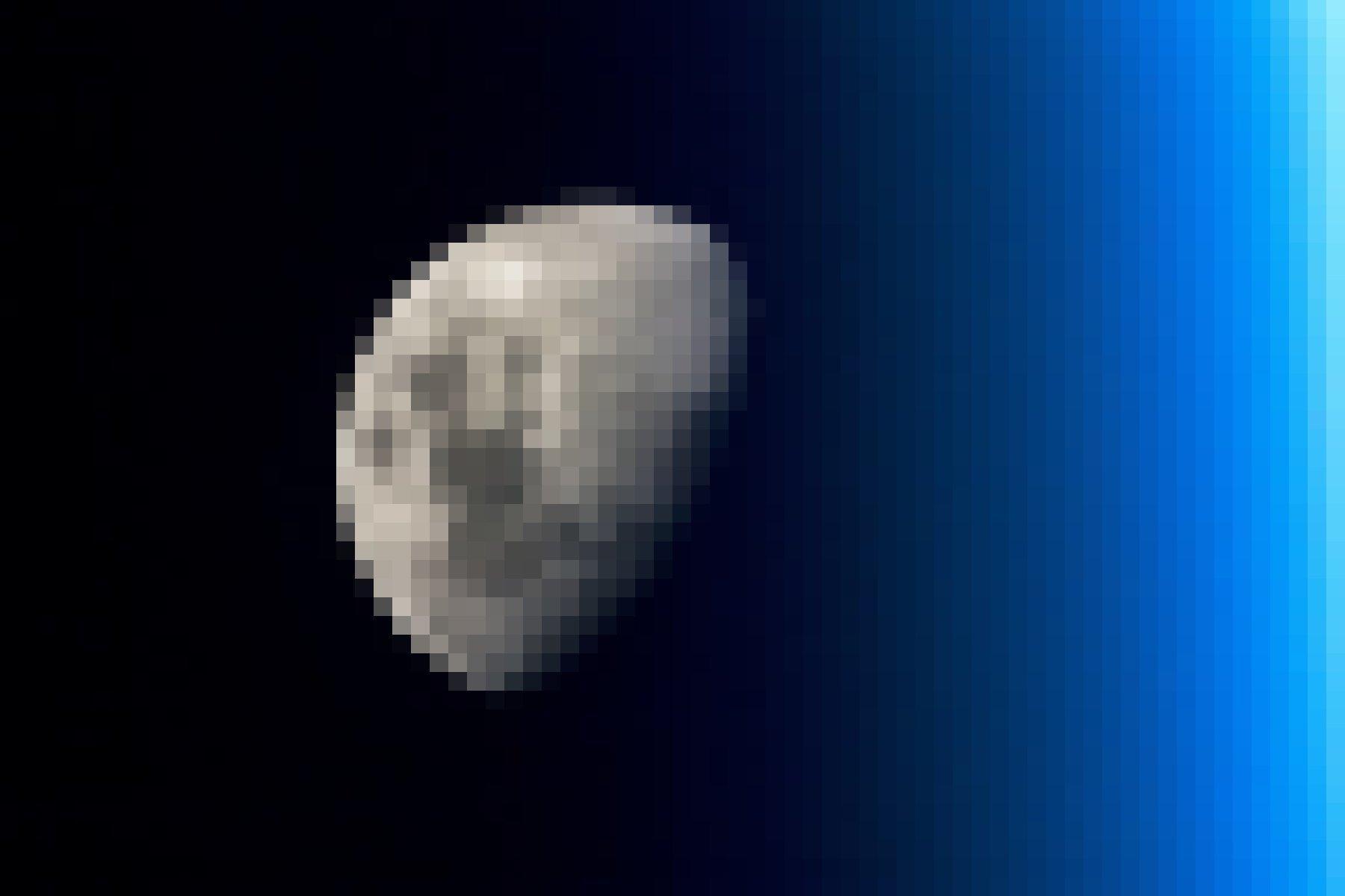 Der Mond vom Erdorbit aus fotografiert, im Vordergrund die blaue Erdatmosphäre.