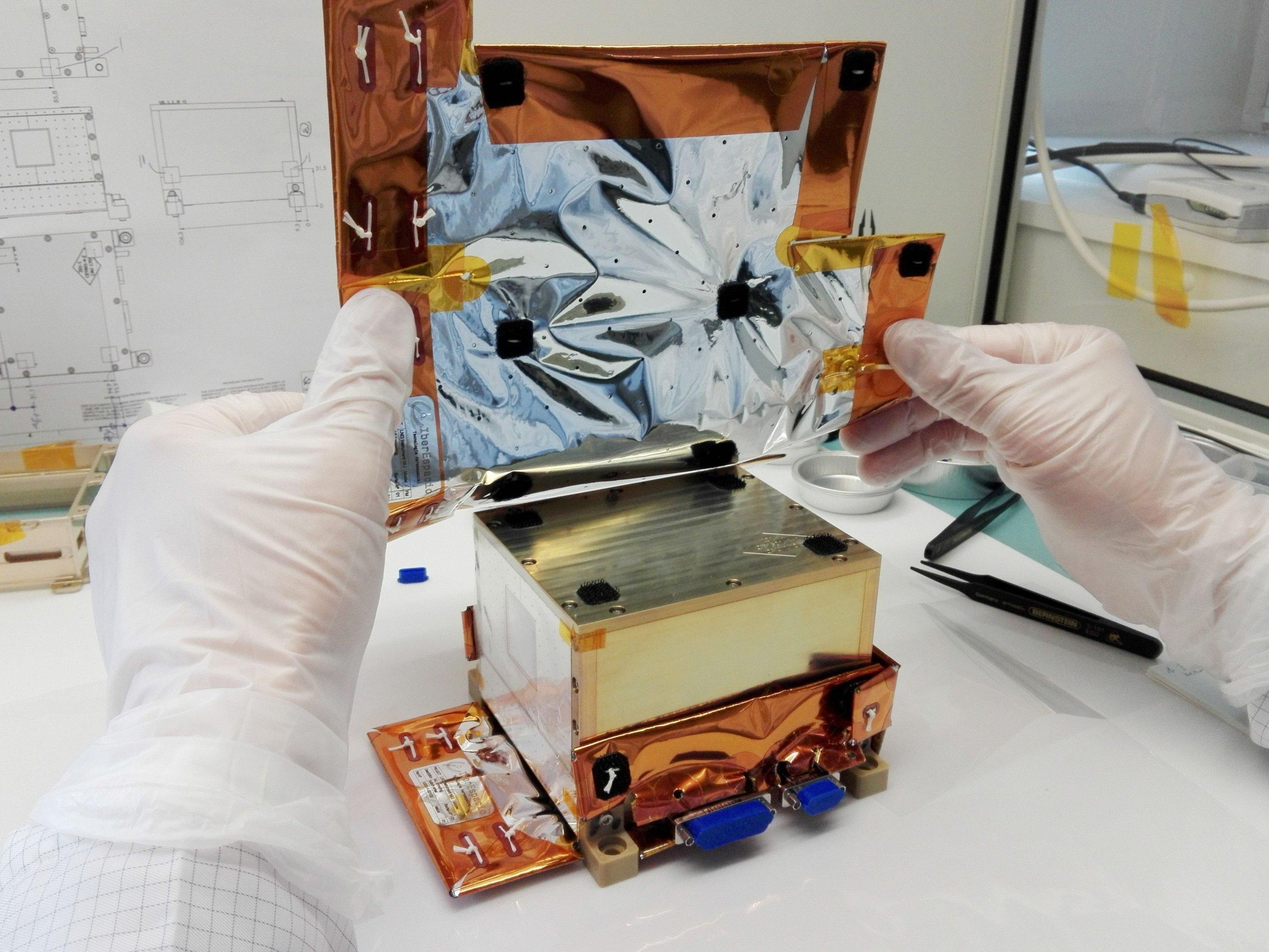 Nahaufnahme des Strahlenmessgerät der Uni Kiel ist recht klein und ist etwa so groß wie zwei Hände