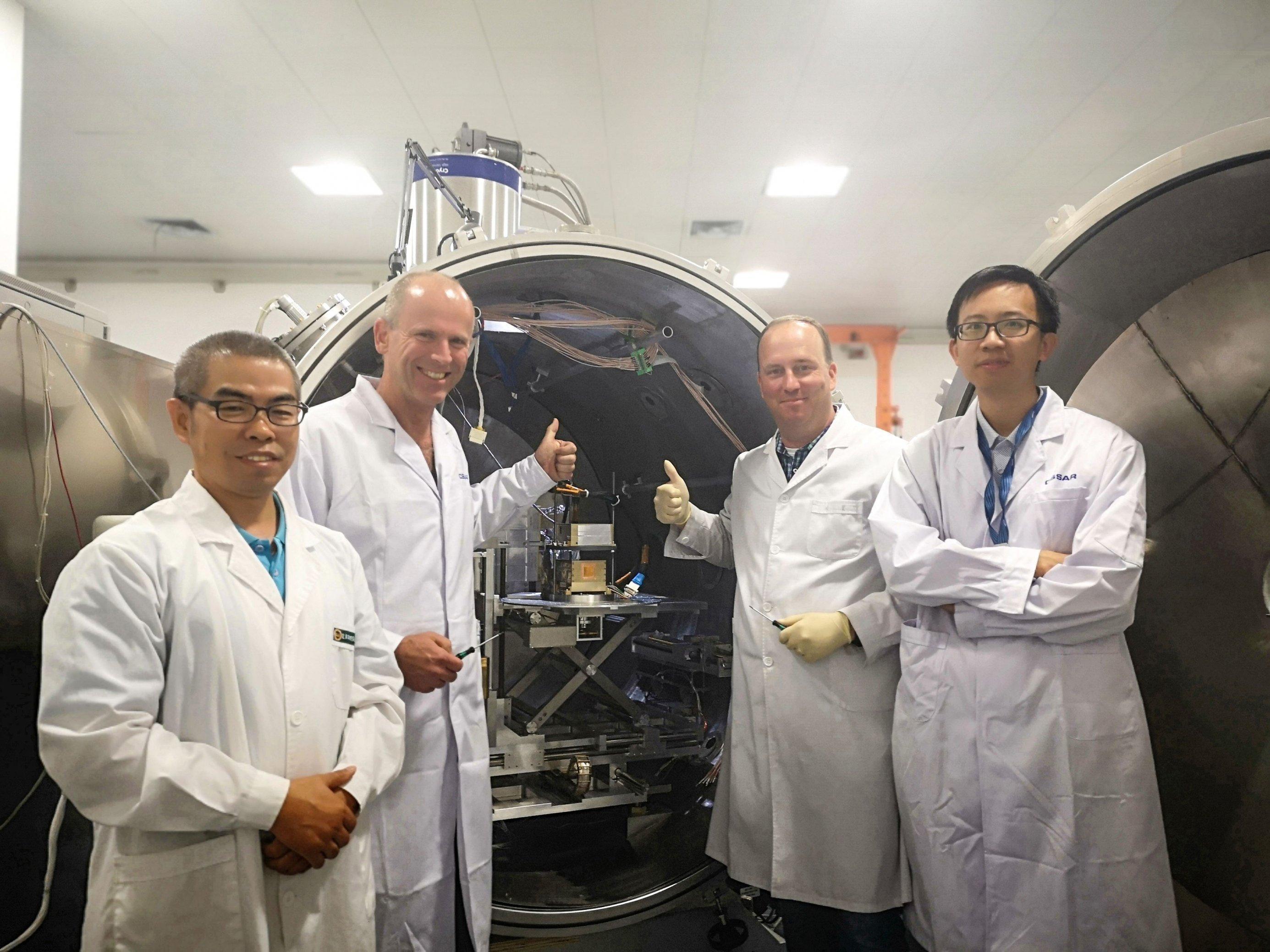 Forscher kalibrieren das Kieler Instrument in der Mondsonde in Peking.