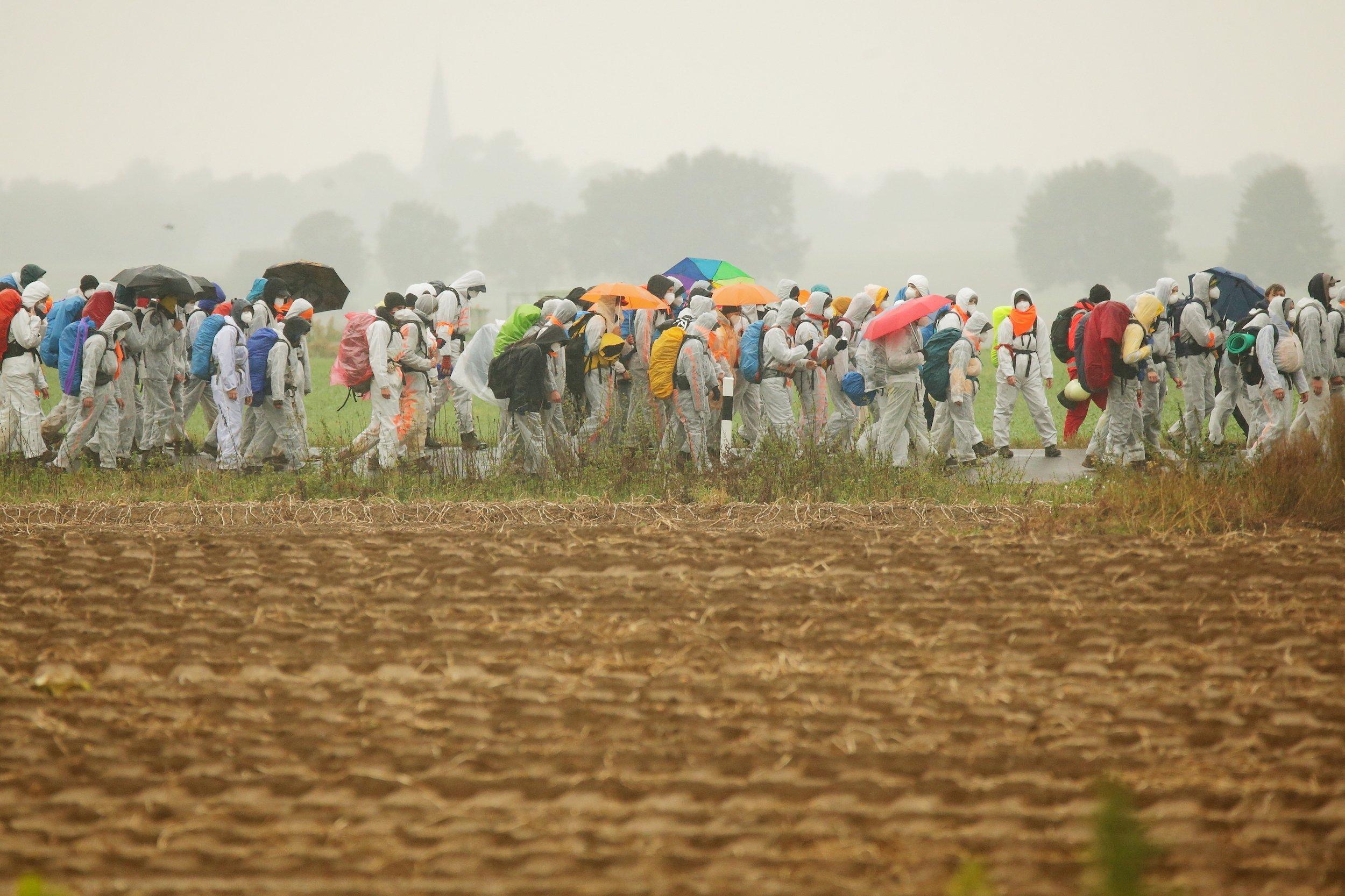 Aktivisten von Fridays for Future marschieren im September 2020mit ca. 150Personen durch die Landschaft, als Teil Protestaktionen gegen die Nutzung der Braunkohle in Deutschland.