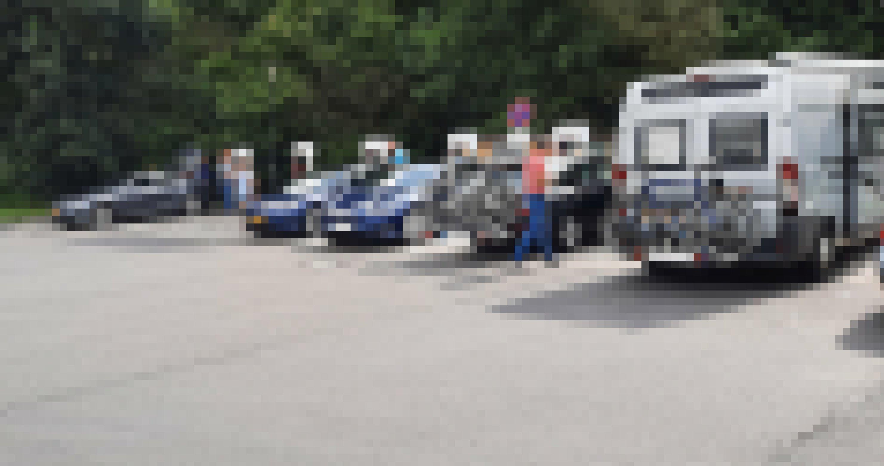 Elektroautos laden auf einem Parkplatz ihre Akkus auf.