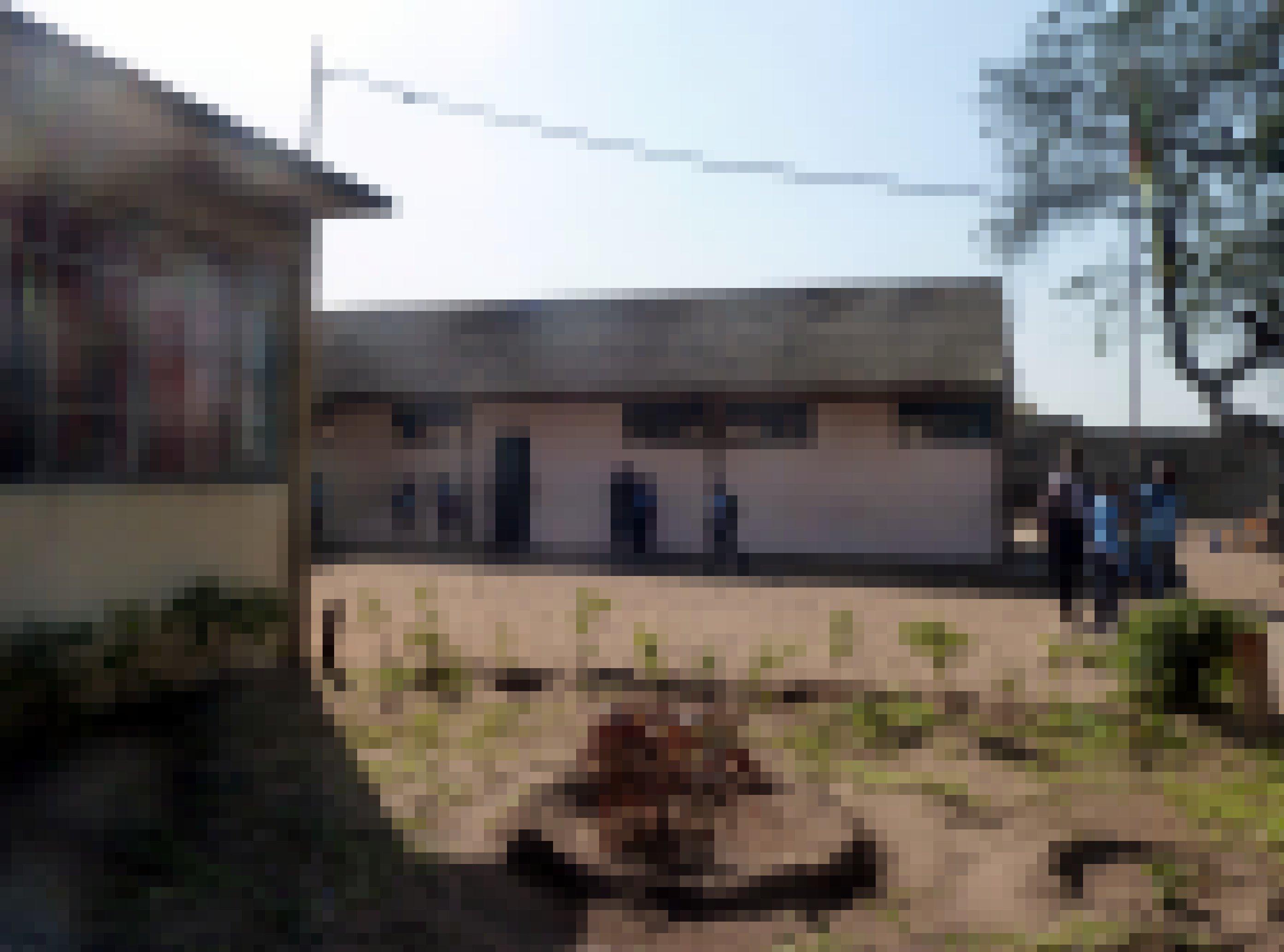 Marios Schule besteht aus mehreren schlichten, einstöckigen Gebäuden und einem staubigen, unebenen Schulhof