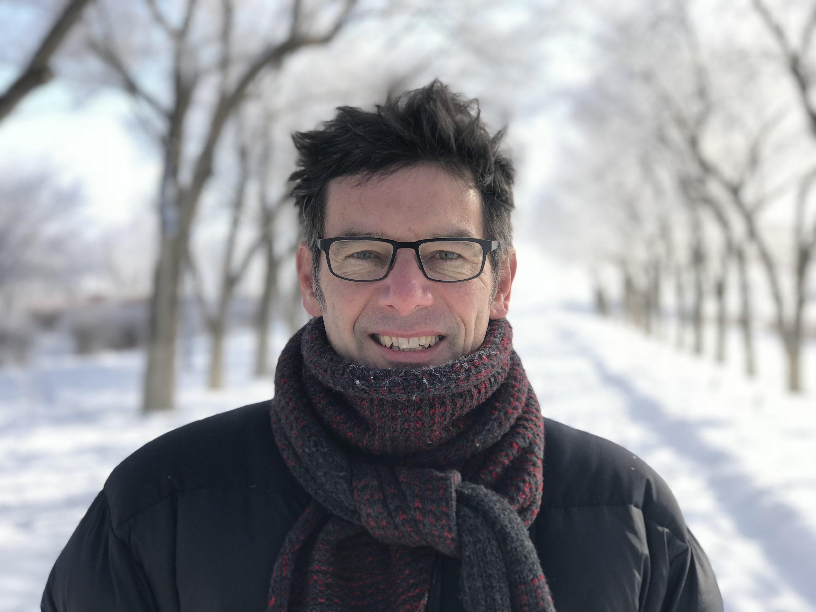 Martin Wikelski steht auf einer verschneiten Strasse