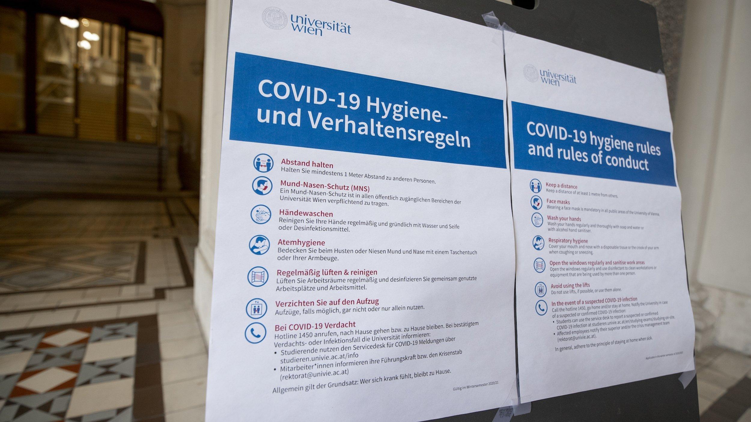 Hinweistafeln zu COVID-19Verhaltensregeln im Universitätsgebäude. der Uni Wien, im Januar 2021.