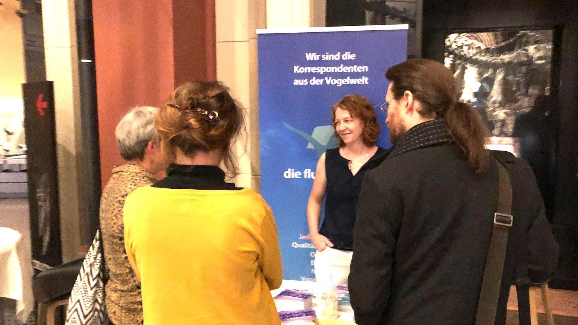 Christiane Habermalz unterhält sich Besuchern.