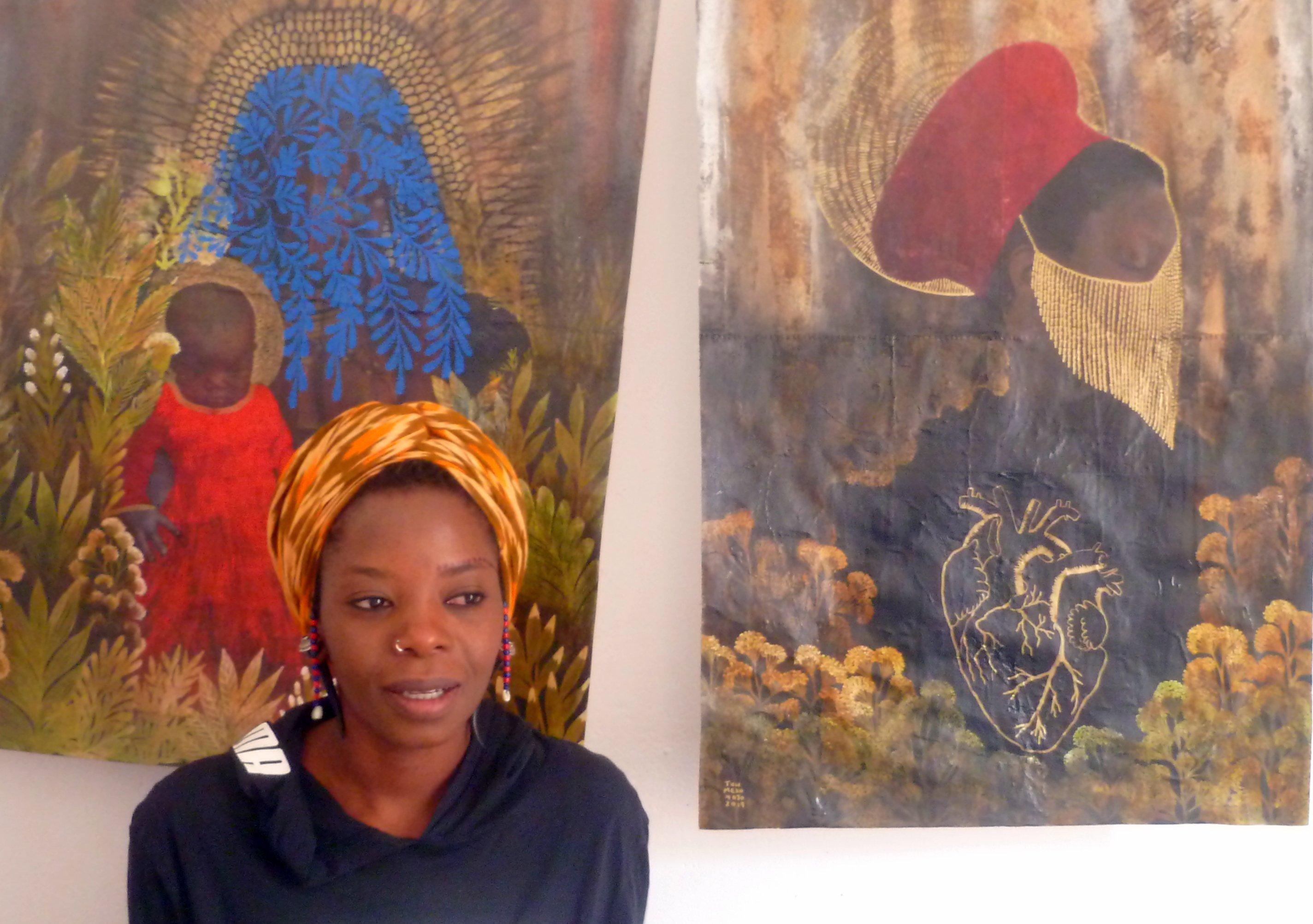 Künstlerin Tuli Mekondjo vor zwei ihrer Werke